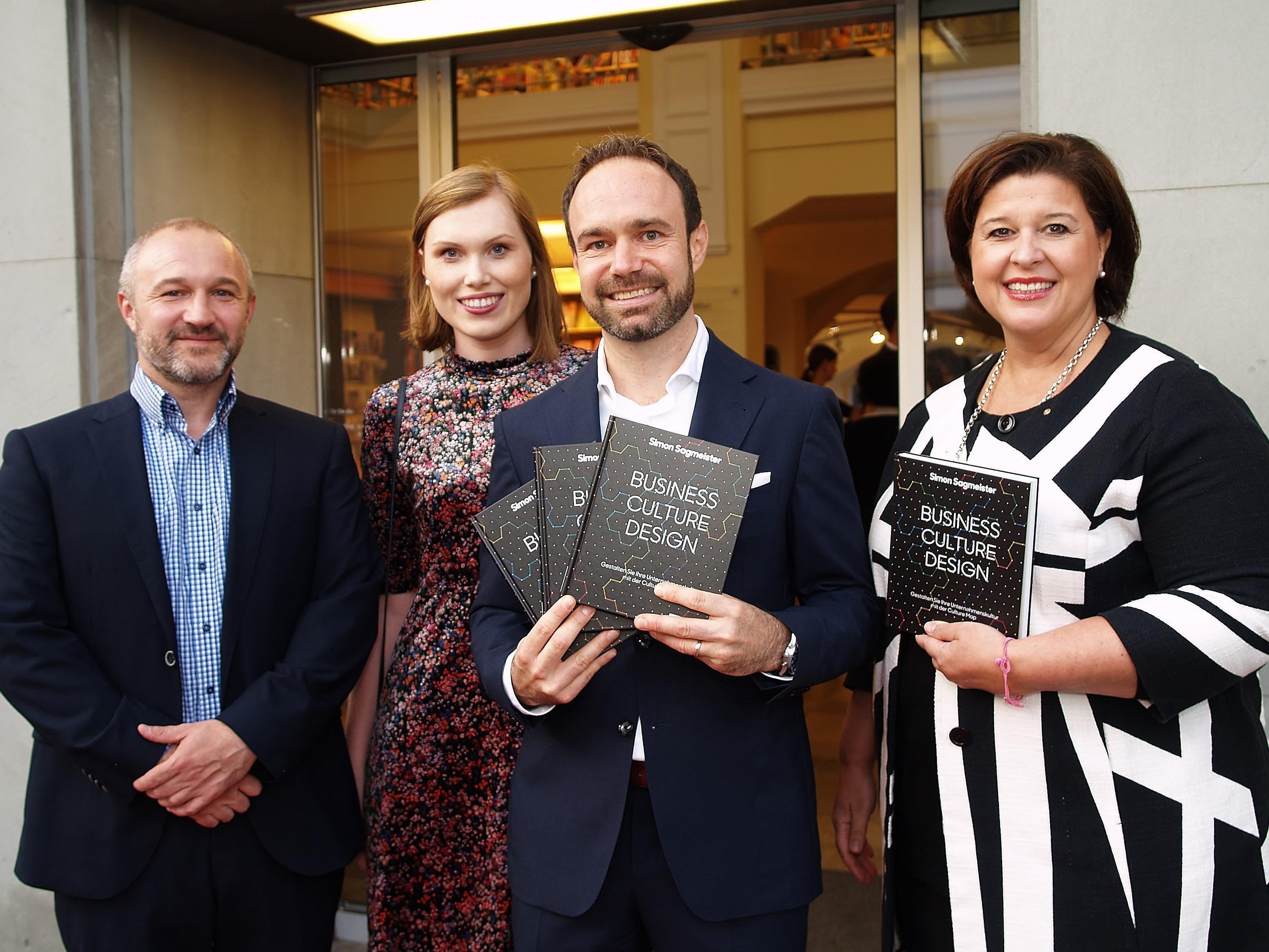 Thomas Haller, Autor Simon Sagmeister mit Karolina, sowie Verena Brunner - Loos (Buchhandlung Brunner) bei der Buchpräsentation