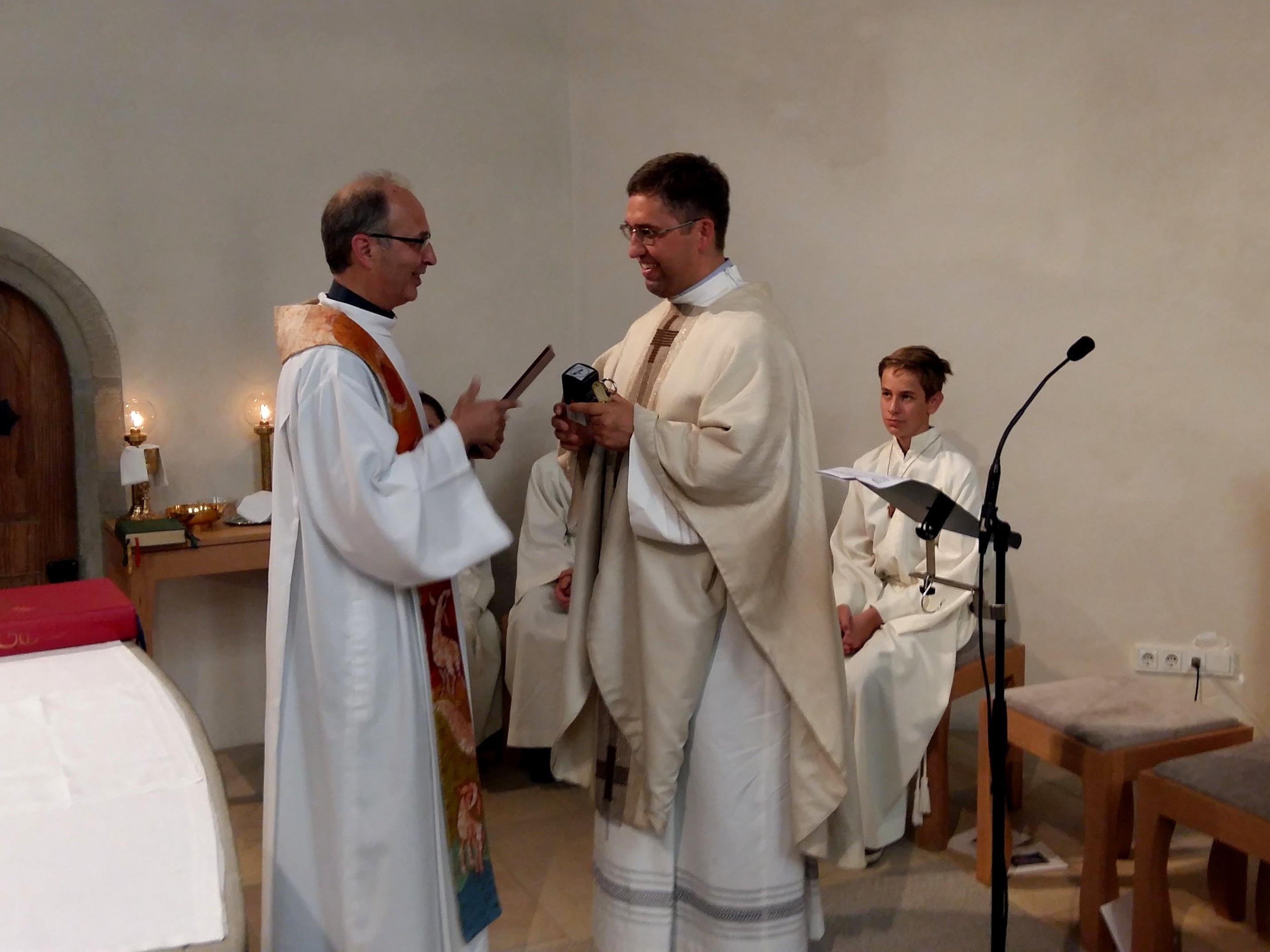Symbolischer Akt: Dekan Solomon (li.) übergibt die Kirchenschlüssel an den neuen Pfarrer.