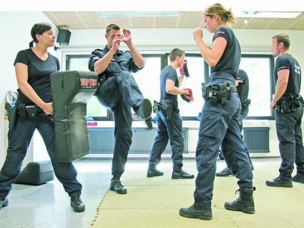 Selbstverteidigungskurse sind nur ein Aspekt der vielschichtigen Polizeiausbildung.