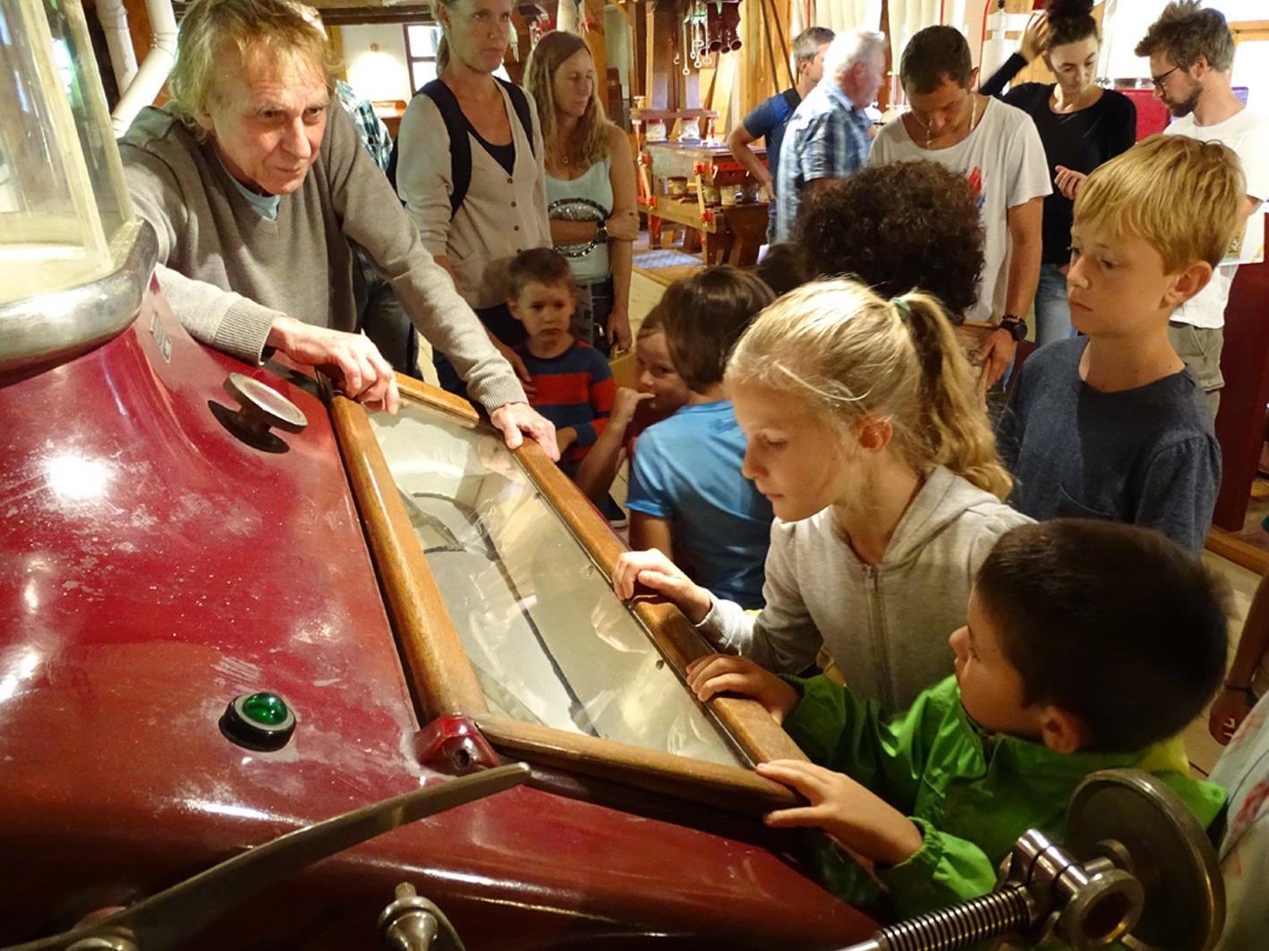 Die Kinder verfolgten gebannt die Erklärungen von Museumsleiter Bernd Amann.