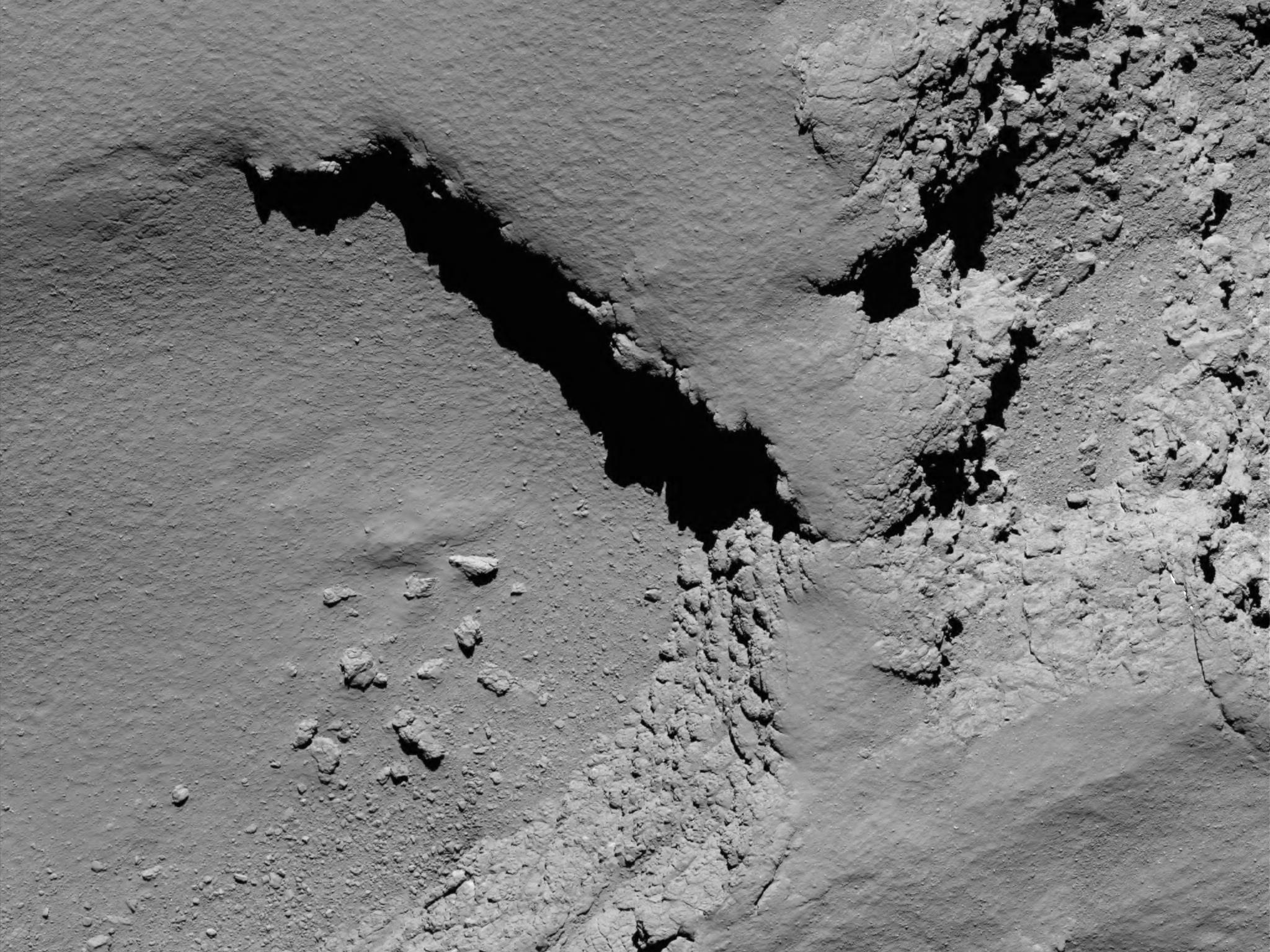 Ein Bild vom Kometen Tschuri, aufgenommen von einer Kamera der Rosetta-Sonde aus knapp sechs Kilometern Höhe.
