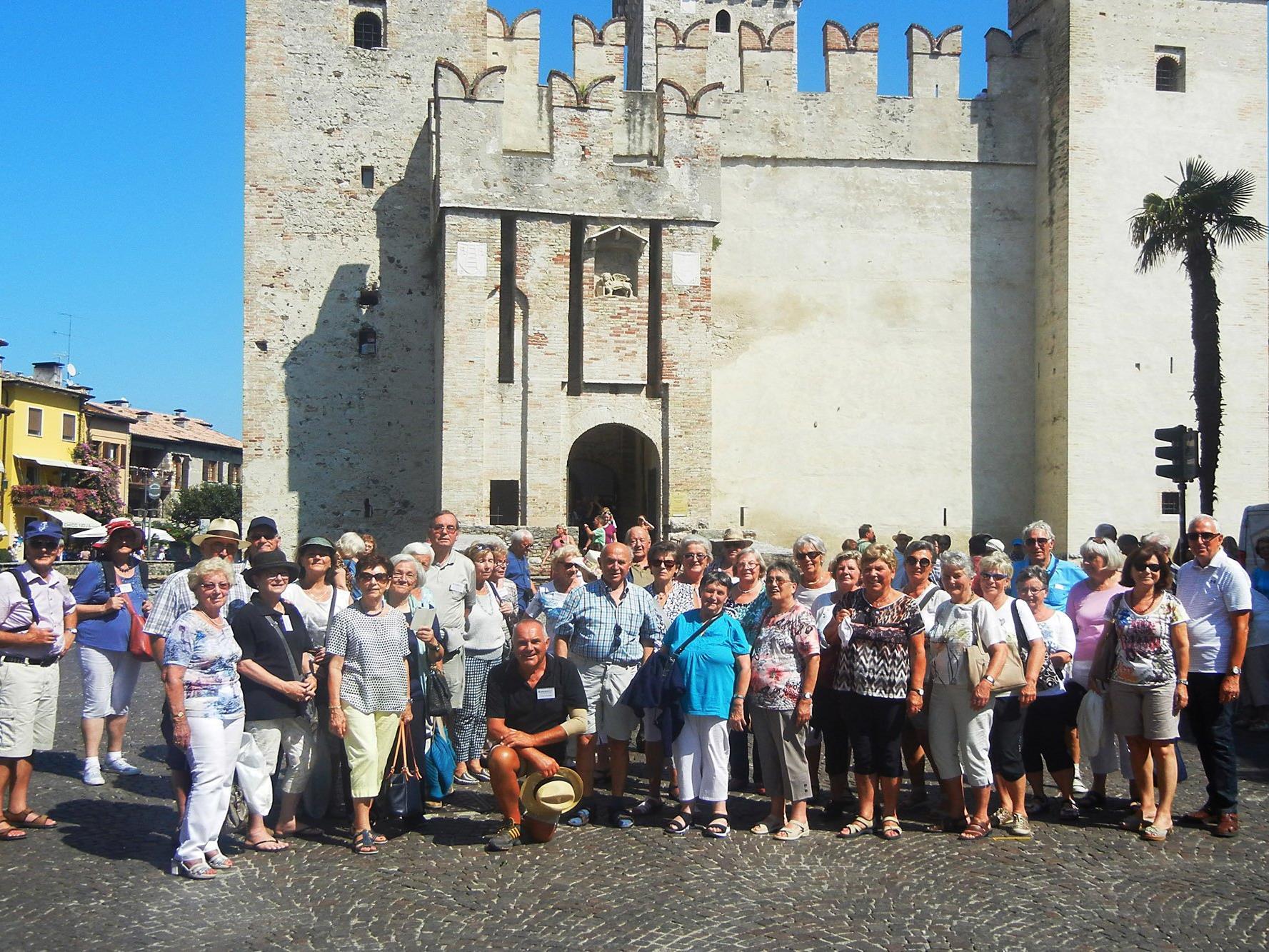 Gutgelaunte Reisegruppe des Dornbirner Seniorenbundes in Sirmione