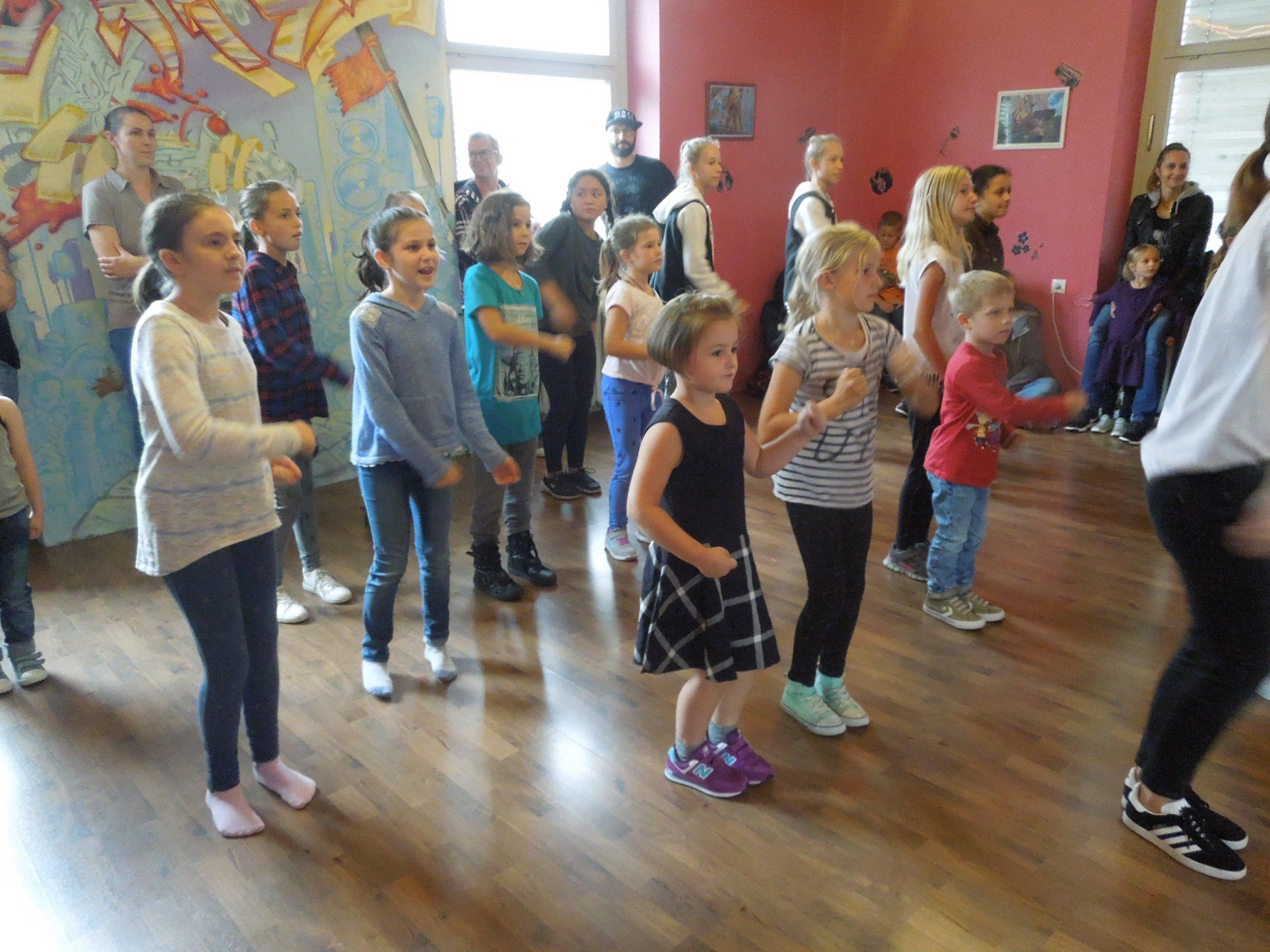 Die kids machten gleich mit großer Begeisterung bei den Schnupper-Workshops mit.