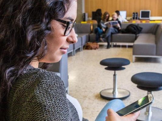 Durch das Smartphone wird die ständige Internetnutzung leicht gemacht.