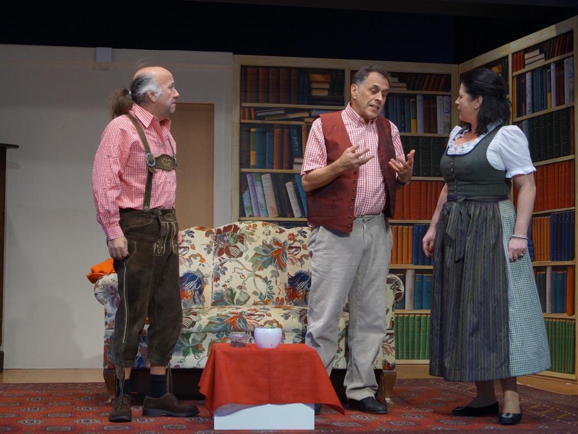 Die Akteure vom Bregenzer Theaterstadl stehen im Wolfurter Vereinshaus auf der Bühne.