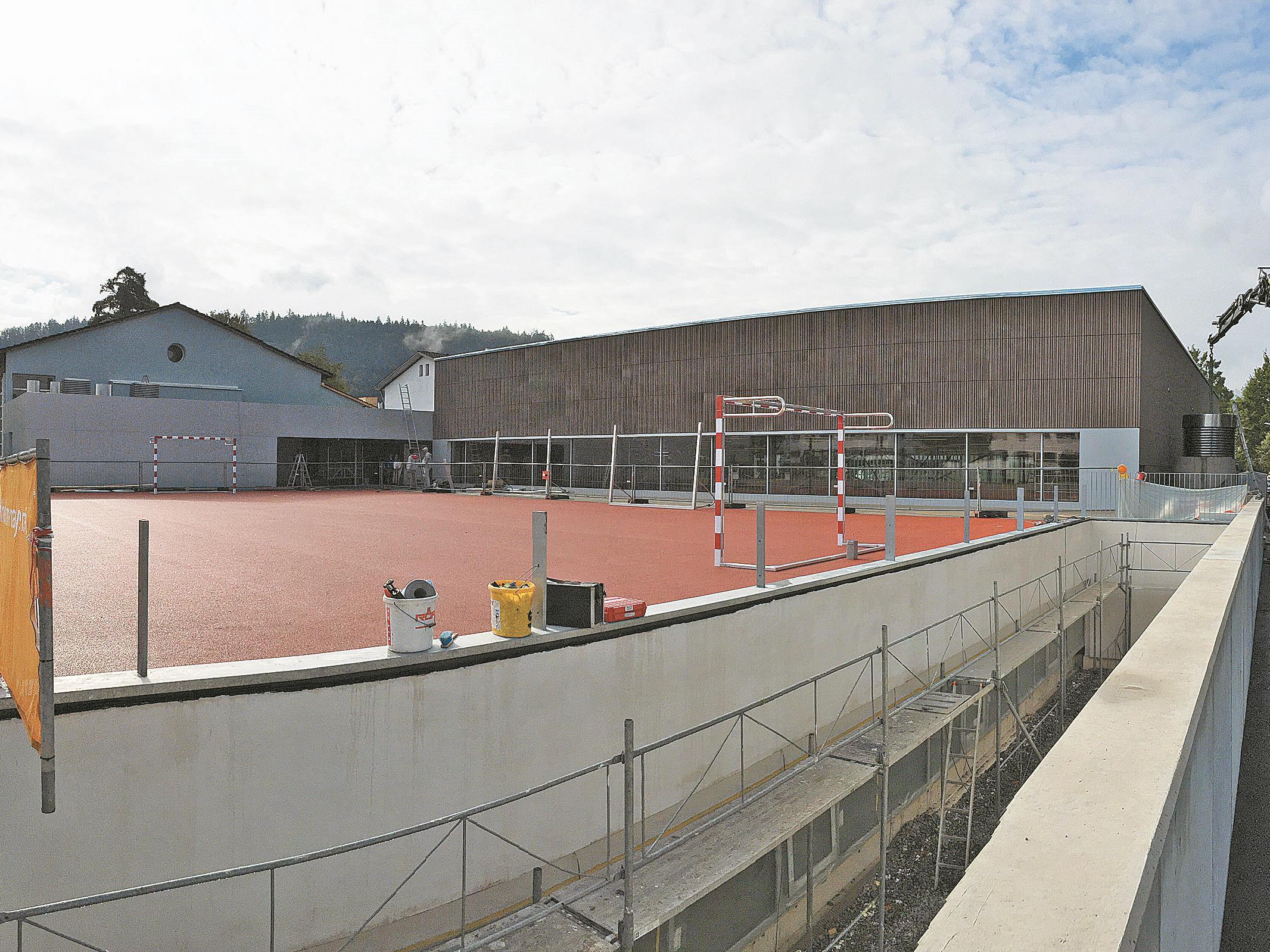 Im Außenbereich ist der Hartplatz bereits fertiggestellt. Bis auch die Rasenfläche benutzbar ist, wird es noch einige Zeit dauern.