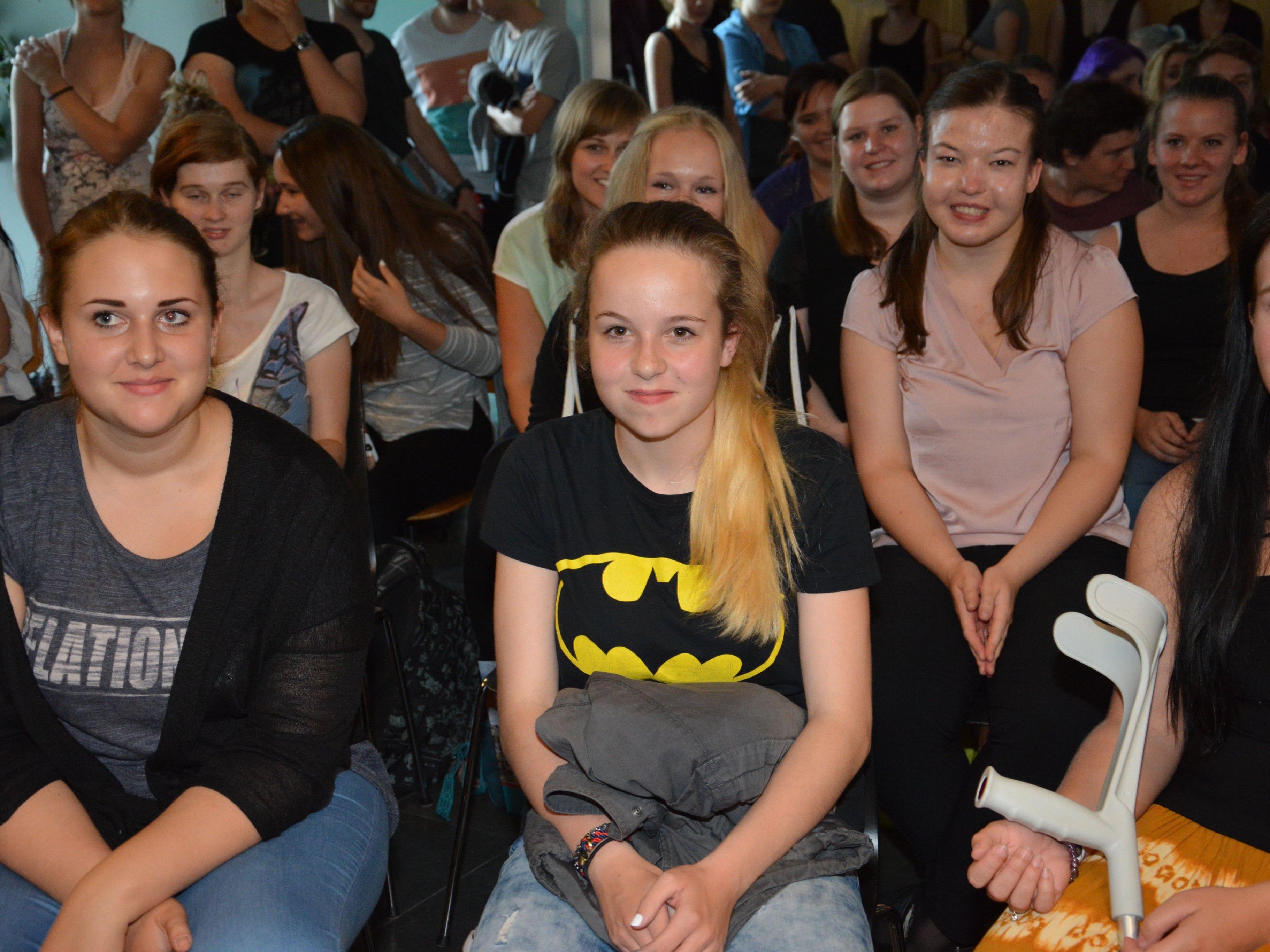 Schülerinnen der LBS Dornbirn 2 erfreut über den ersten Schultag, der mit einer Graffiti-Show begann.