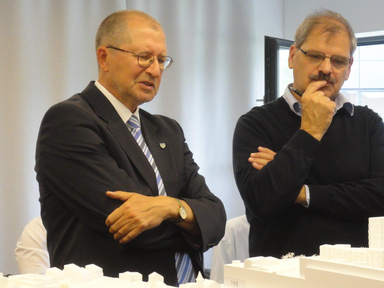 Oberbürgermeister Dr. Gerhard Ecker und der Juryvorsitzende Werner Binotto, Architekt und Kantonsbaumeister St. Gallen, bei der Begutachtung der eingereichten städtebaulichen Entwürfe.