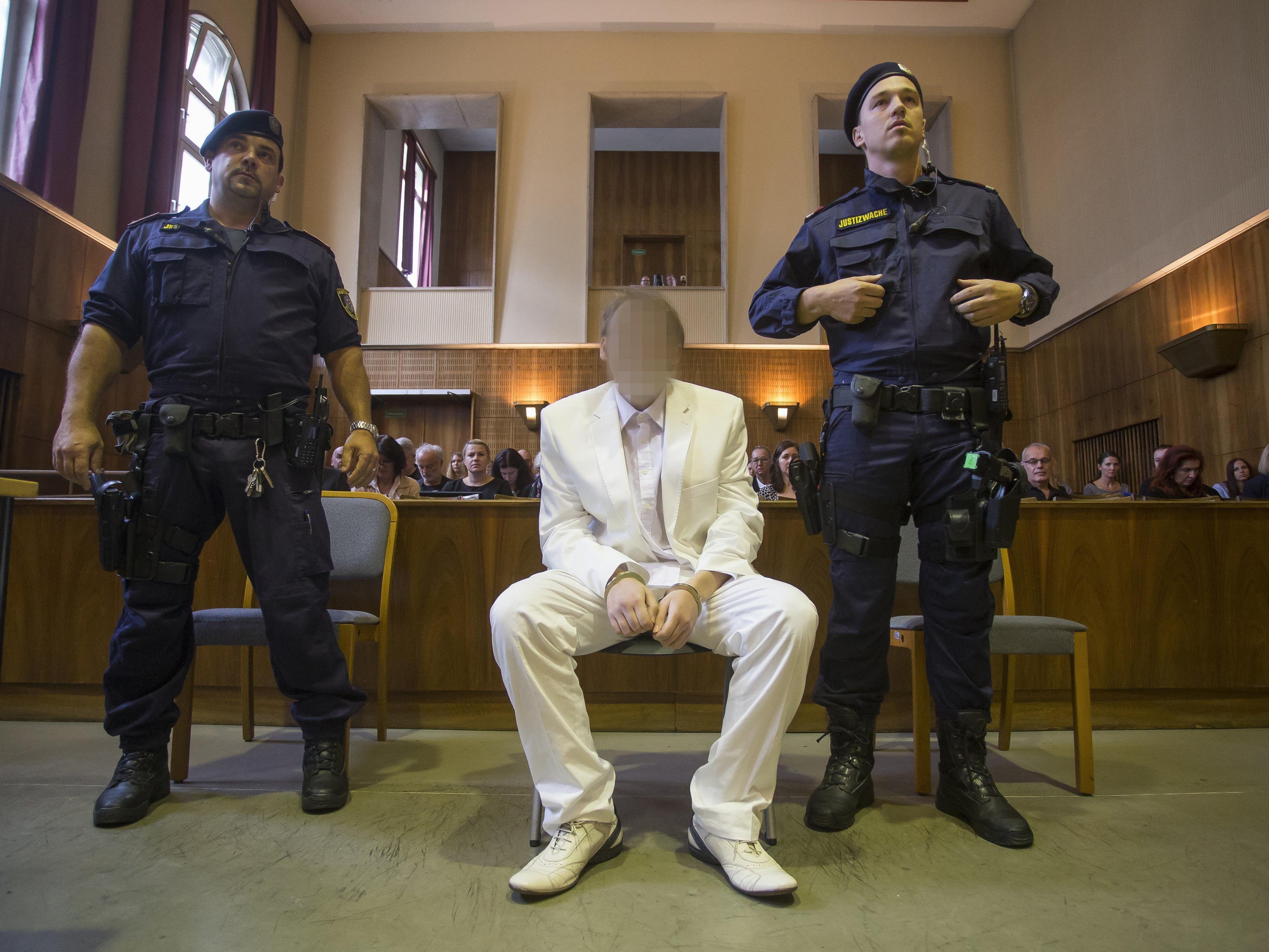 Der Angeklagte erschien von Kopf bis Fuß in Weiß.