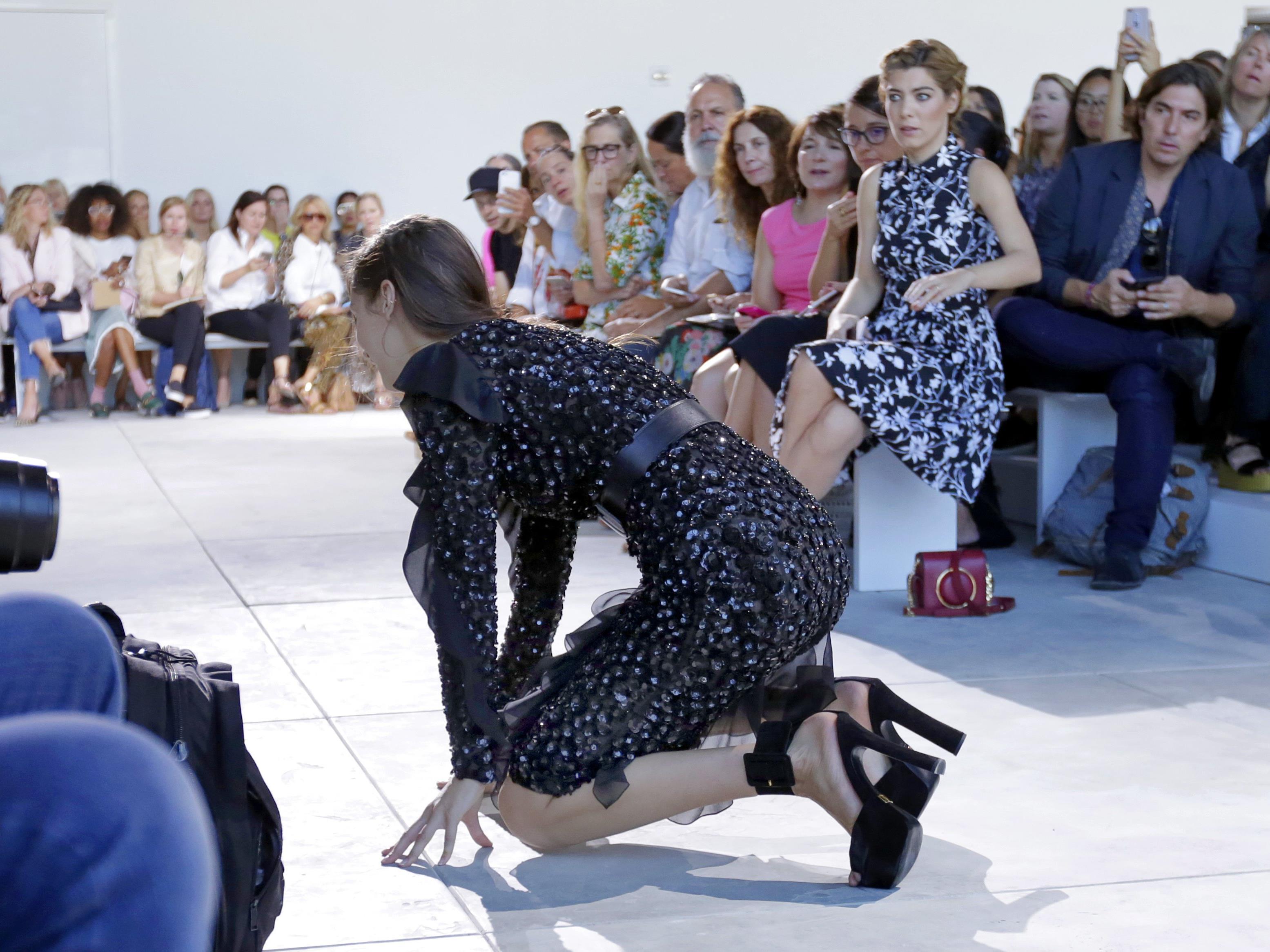 Bella Hadid ist mit ihrem Catwalk-Sturz in guter Gesellschaft.