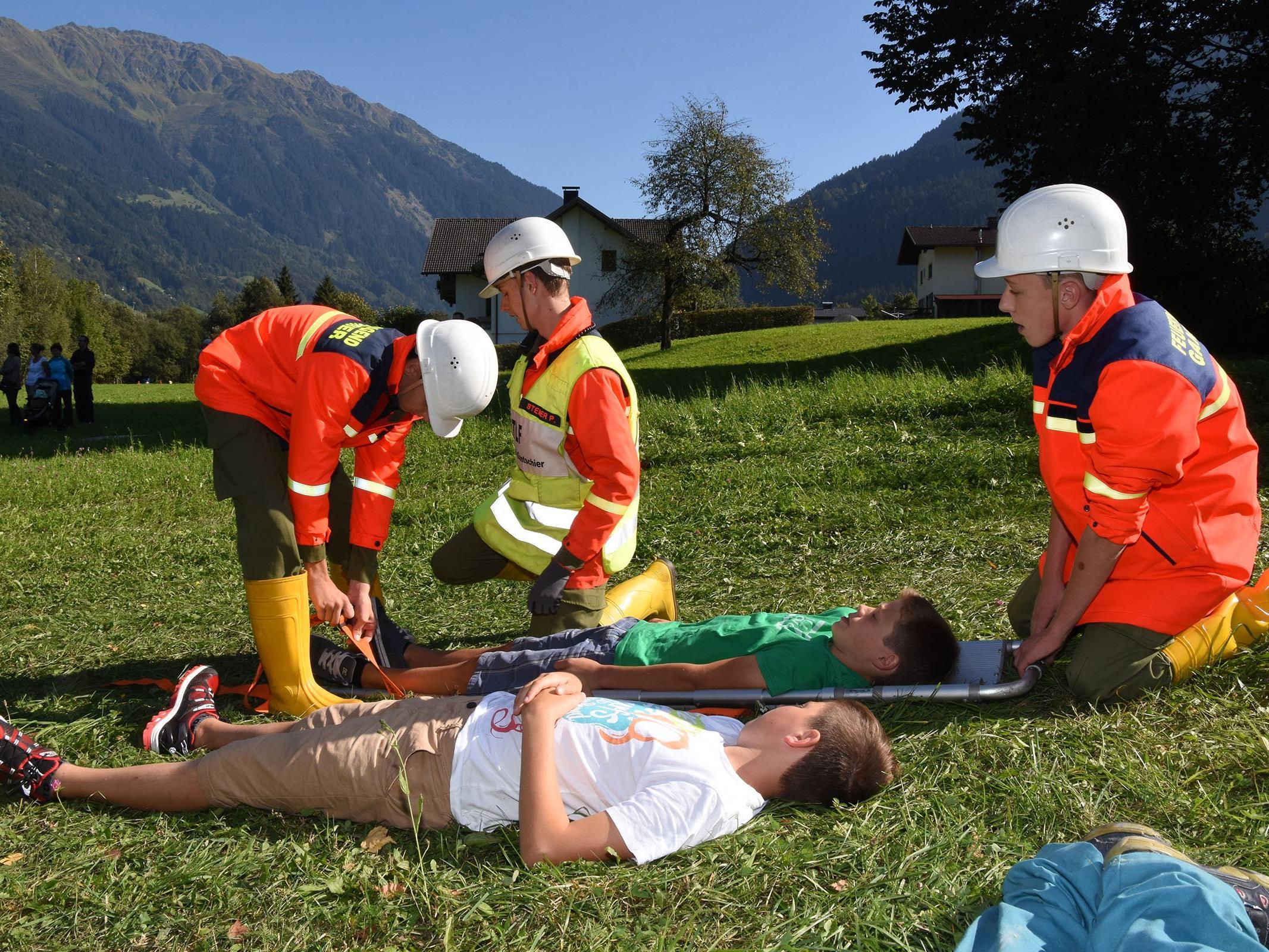 """Mehr als 30 Feuerwehrjugendliche standen im """"Einsatz"""", um Verletzte zu bergen und einen Brand zu bekämpfen."""