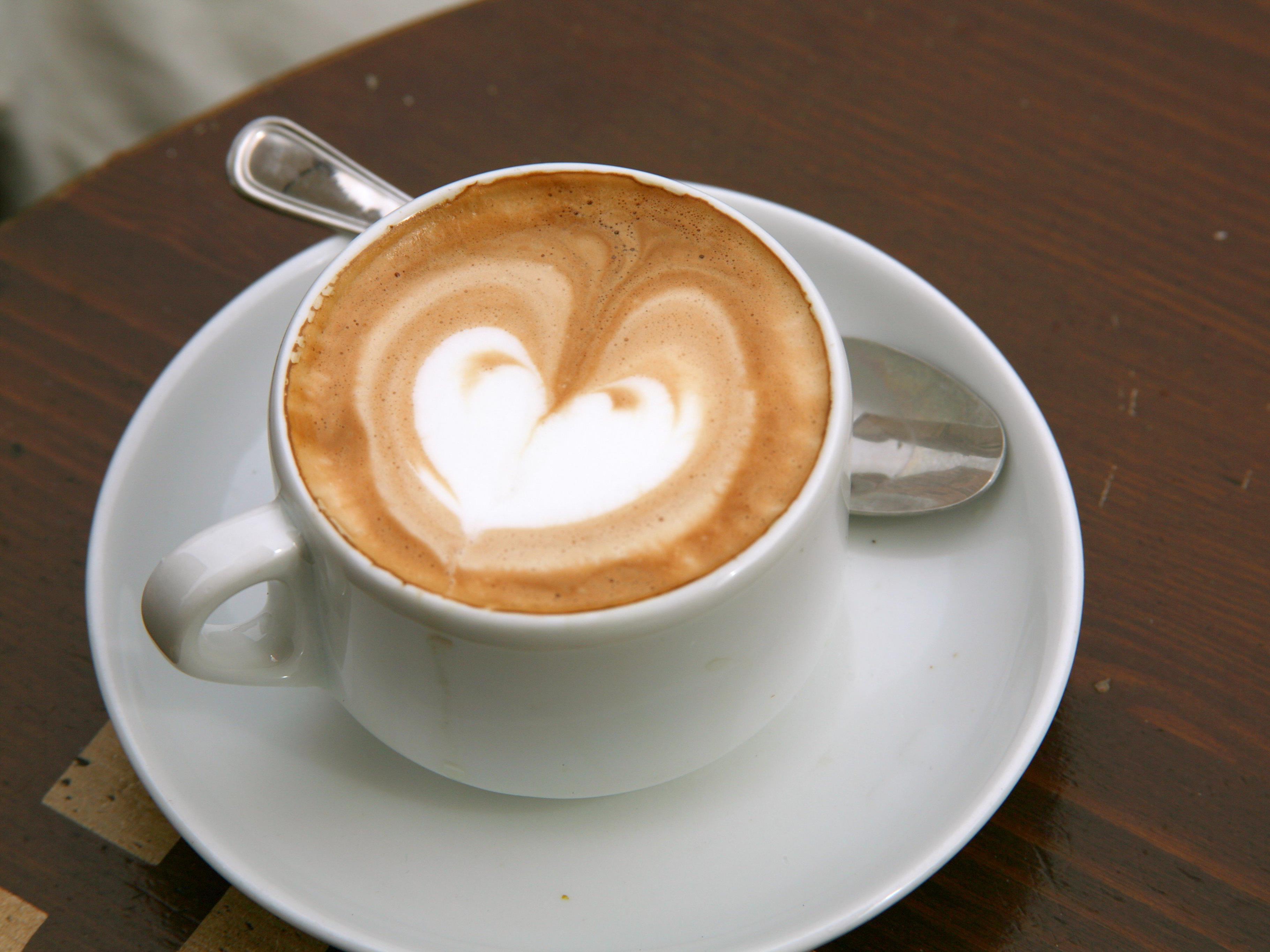 Höflich bestellen bedeutet günsitgeren Kaffee.