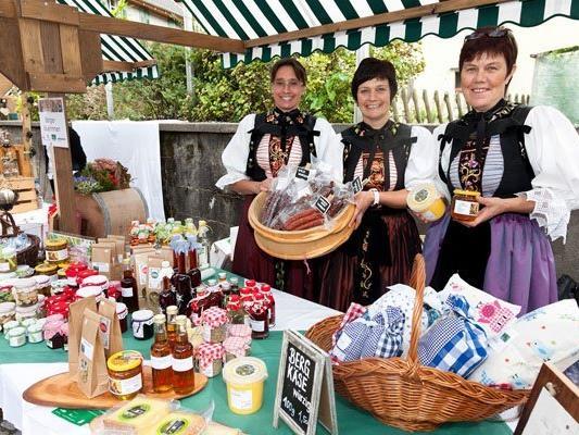 Bäuerinnen aus der Region präsentieren ihre Produkte auf dem Erntedankmarkt.