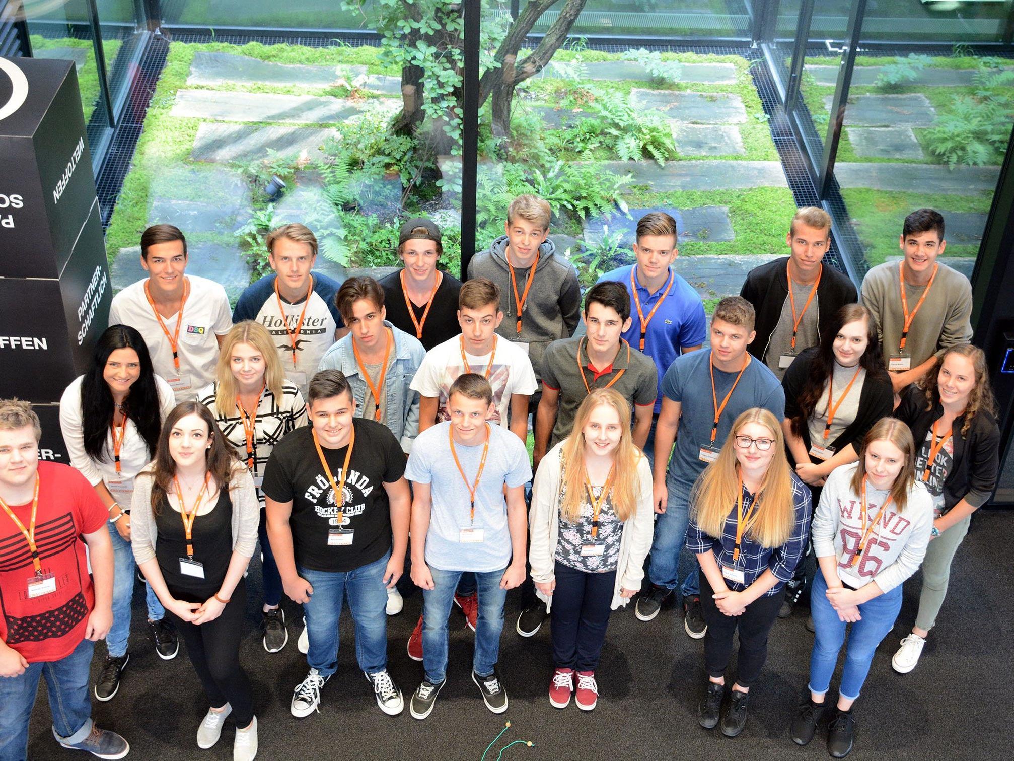 Bei Gebrüder Weiss starten 2016 insgesamt 60 Lehrlinge ihre berufliche Karriere. Hier im Bild: Die neuen Lehrlinge aus Vorarlberg.