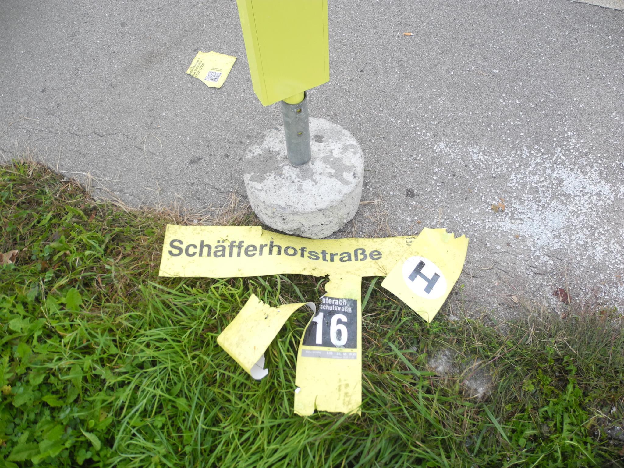 """Unbekannte haben in der Nacht zu Freitag die Haltestellensäule """"Schäfferhof"""" in Hard umgeworfen."""