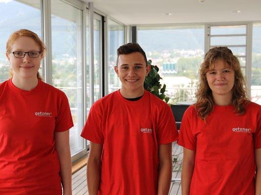 Die drei neuen Lehrlinge an ihrem ersten Arbeitstag bei Getzner Werkstoffe (v. l. n. r.: Fabienne Müller, Paul Abentung und Lena Breuss)