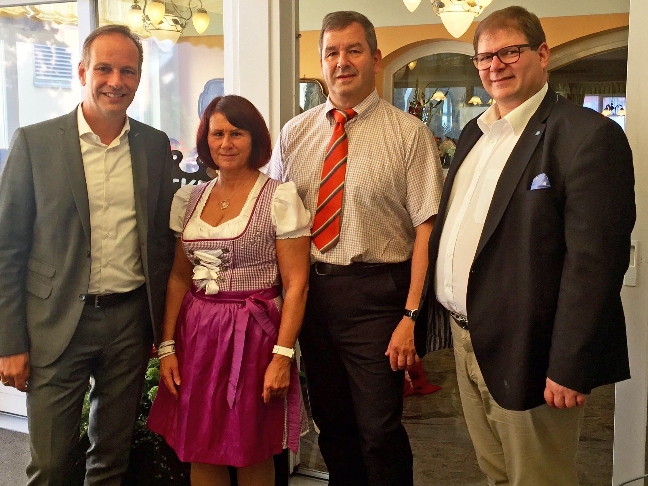 v. l. Bgm. Dieter Egger, Herta und Gert Obwegeser, StR. Arno Gächter