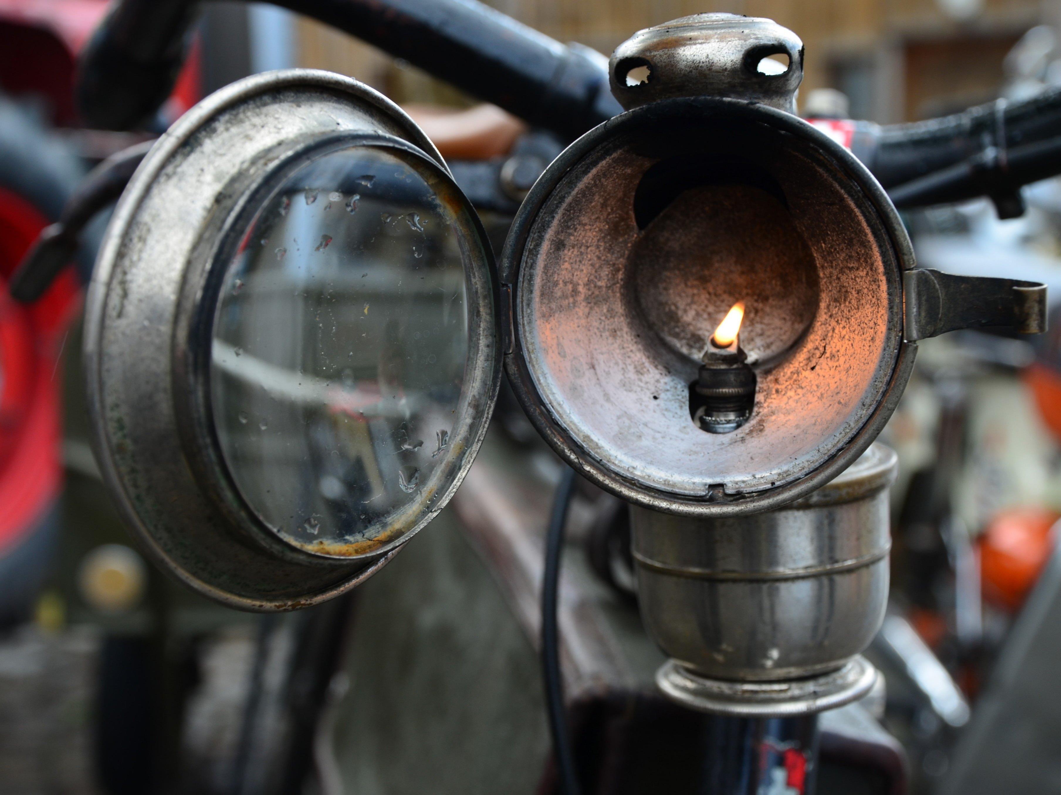 Fahrrad mit Karbidbeleuchtung