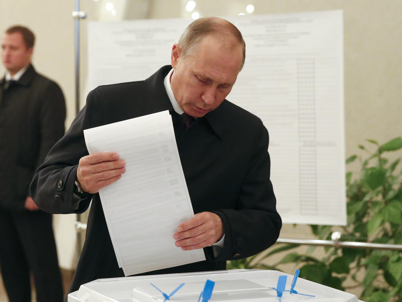 Putin gibt seine Stimme ab.