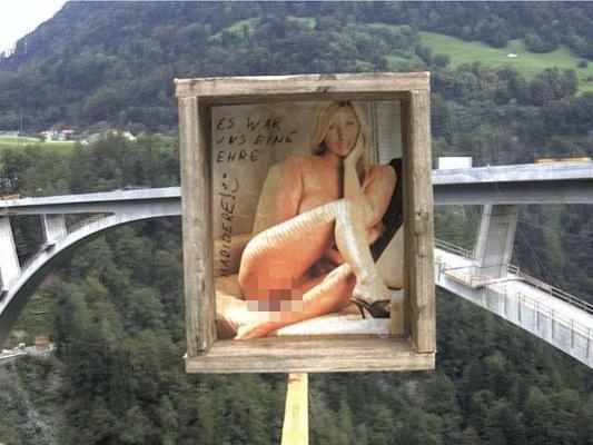 Überraschung für regelmäßige Baustellen-Beobachter. Vor der Webcam an der Baustelle der Terminabrücke in der Schweiz war plötzlich eine nackte Frau zu sehen.