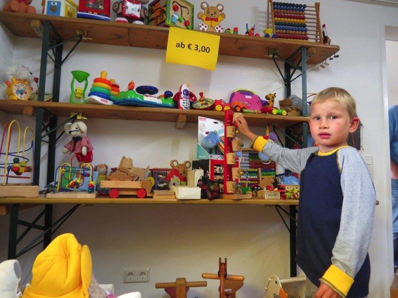 Michael wurde bei der großen Auswahl an Spielsachen schnell fündig.