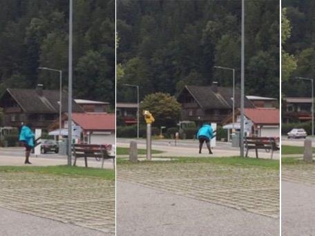 Diese Frau lässt es am Bahnhof in Vandans rocken.