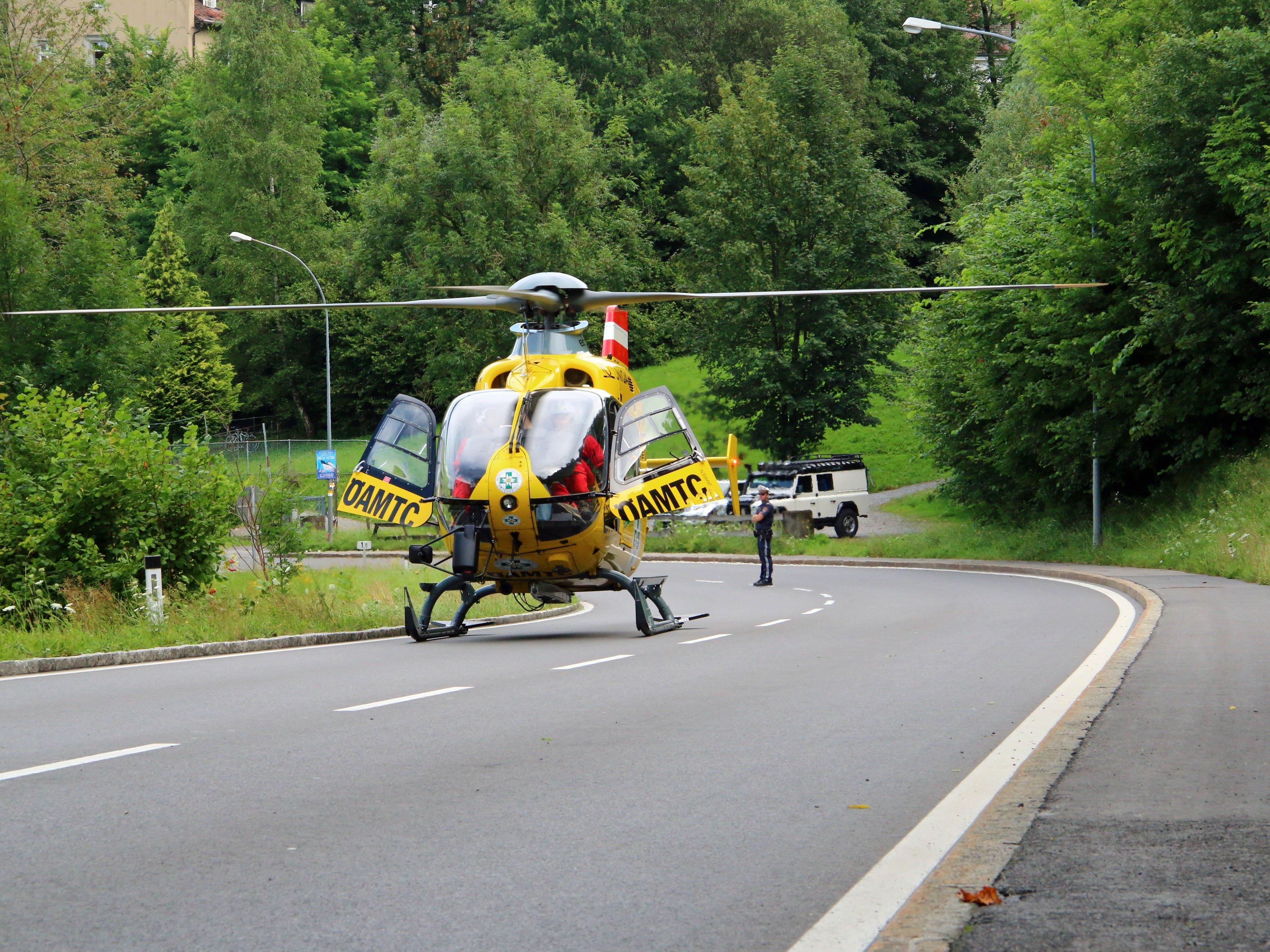 Ein Rettungshubschrauber auf dem Weg zu einem Einsatz blies im Vorbeiflug ein Festzelt um.