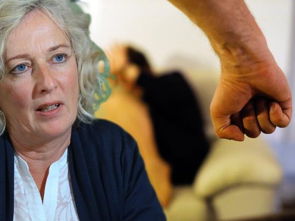 Soziallandesrätin lobt die Arbeit der Mitarbeiterinnen in der Frauennotwohnung und dem Haus für Mutter und Kind in Feldkirch.