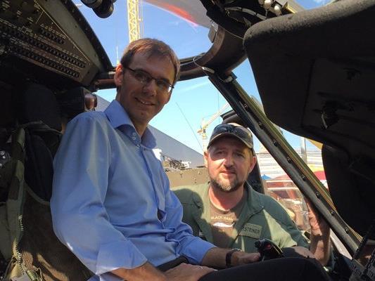 Landeshauptmann Wallner nahm bei seinem Besuch auf der Dornbirner Herbstmesse auch in einem Black-Hawk-Hubschrauber platz.