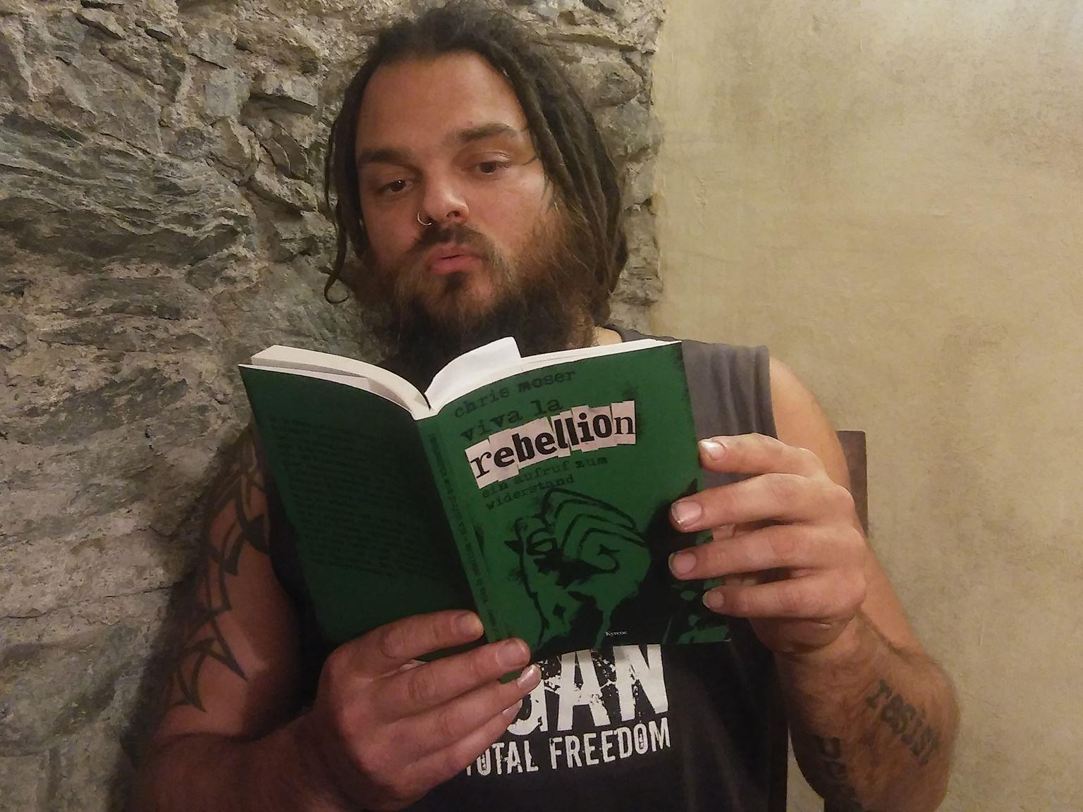 """Chris Moser mit seinem neuen Werk """"Viva la Rebellion"""""""