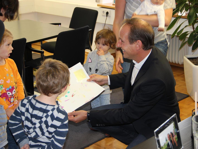 Bürgermeister Dieter Egger freute sich über die mitgebrachten Zeichnungen und die von den Kindern selbst gesammelten Nüsse.