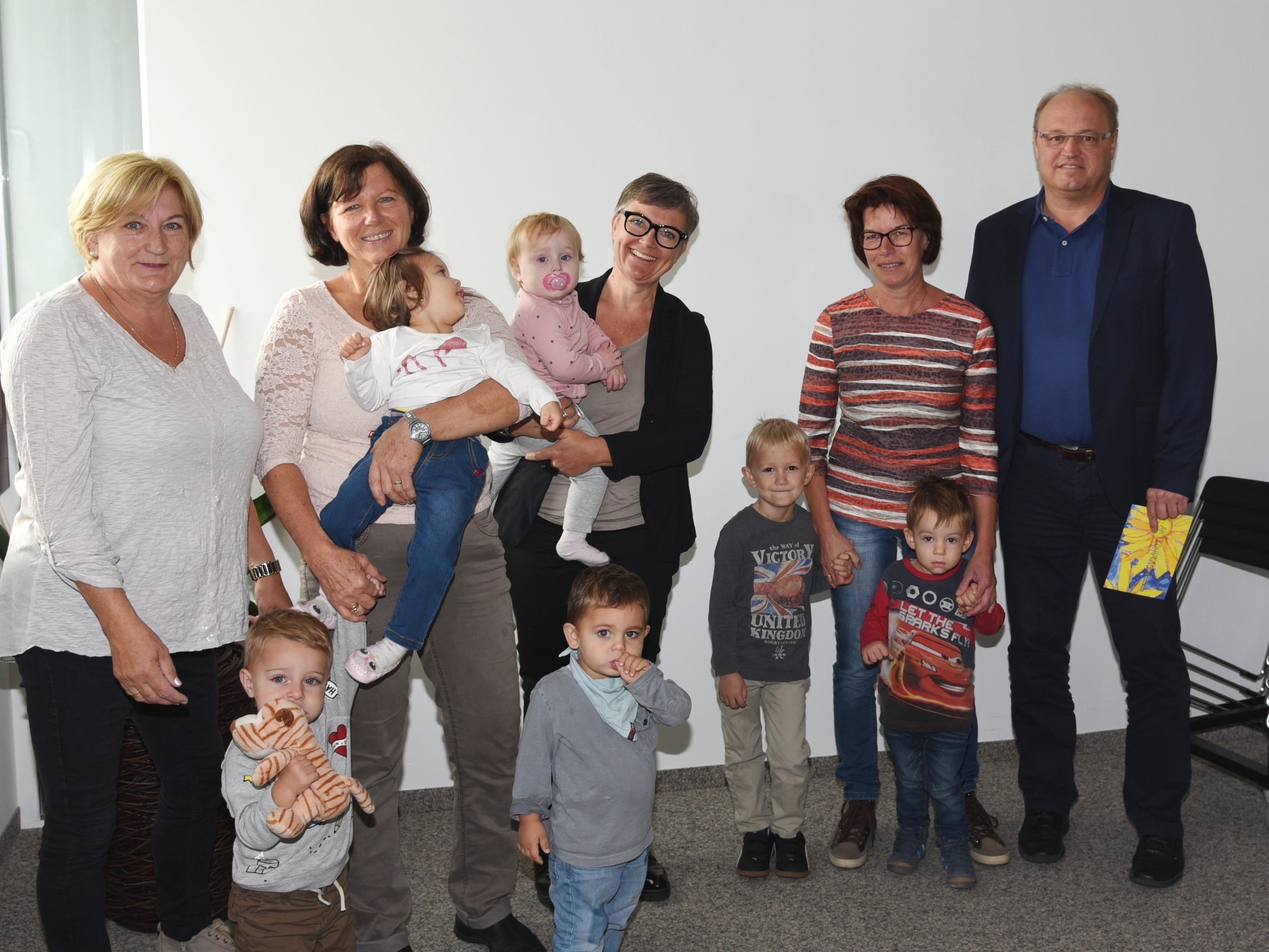 Frischen Wind brachten sechs Tageskinder und ihre Tagesmütter in die Amtsstuben von Bürgermeister Elmar Rhomberg.