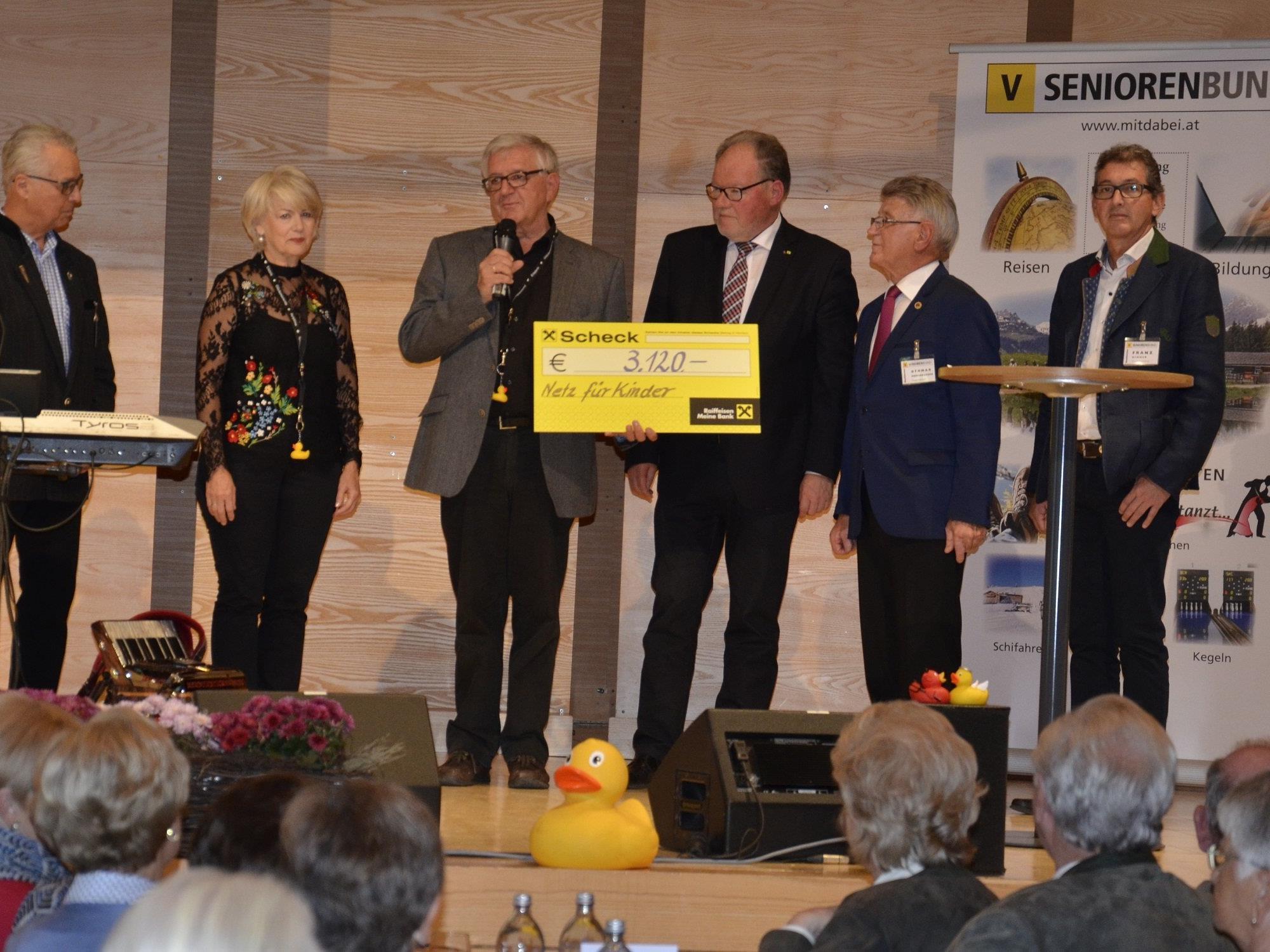 Zur Scheckübergabe wurden Ilga Sausbruber, Franz Himmer, Werner Huber, Othmar Moosbrugger und Franz Abbrederis auf die Bühne gebeten.