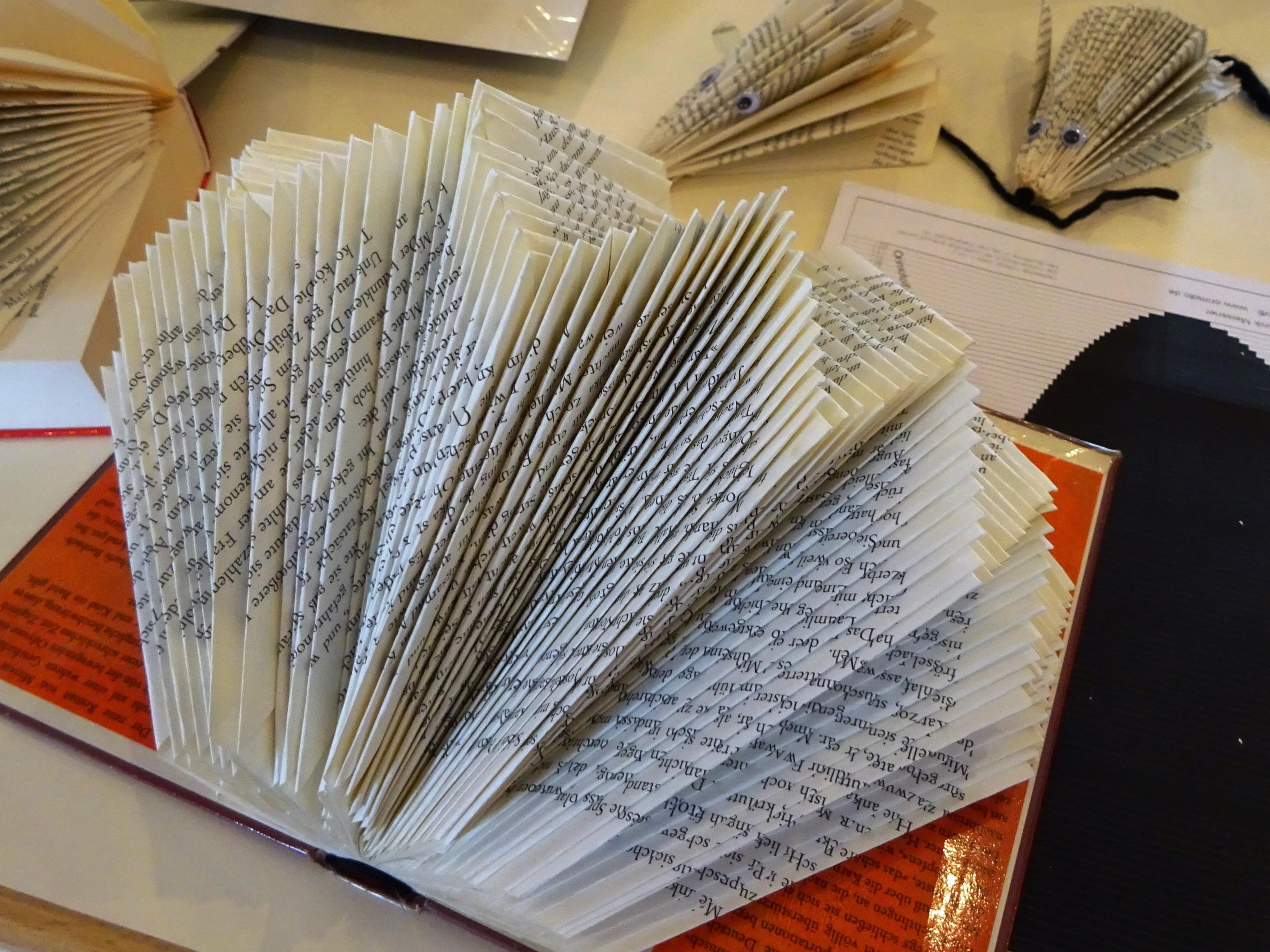 Aus Büchern entstehen per Vorlage (rechts) kunstvolle Dekorationsstücke