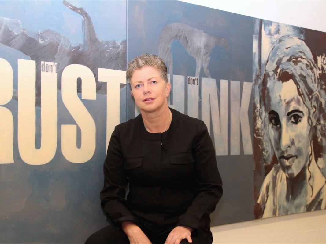 Sigrid Hutter vor einem ihrer Lieblingsbilder im KunsT(r)aum 65-b in Gisingen.