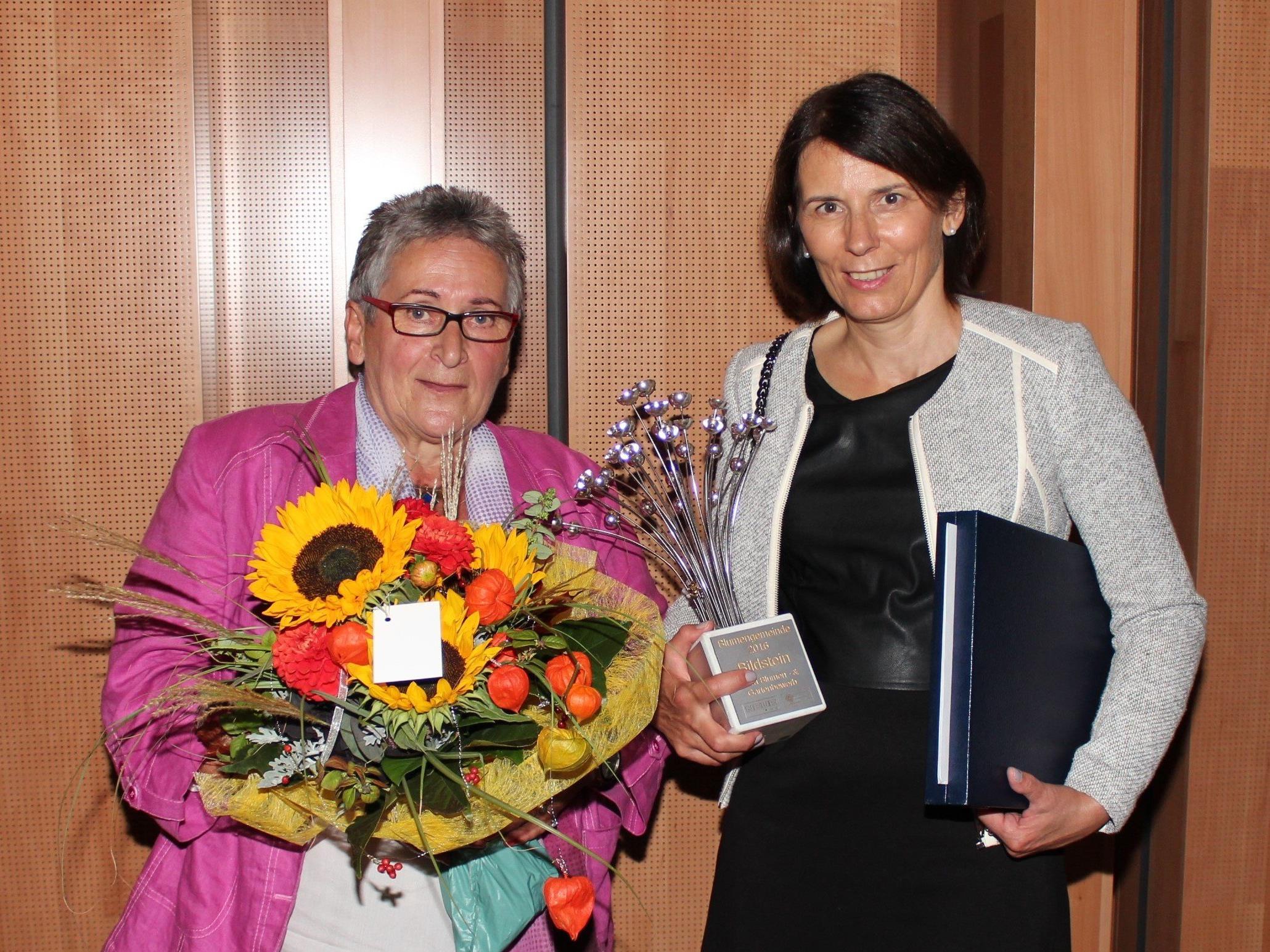 Elfriede Maurer und Bgm. Judith Schilling-Grabher freuen sich über die Auszeichnung.