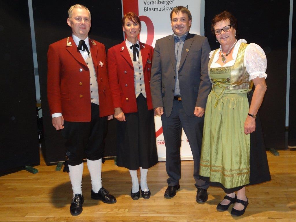 Gratulation an die Jubilare Andrea Kräutler und Markus Thöny (Mitte), Kpm. Mag. Helmut Schuler und Vize-Bgm. Eva Nicoulssi