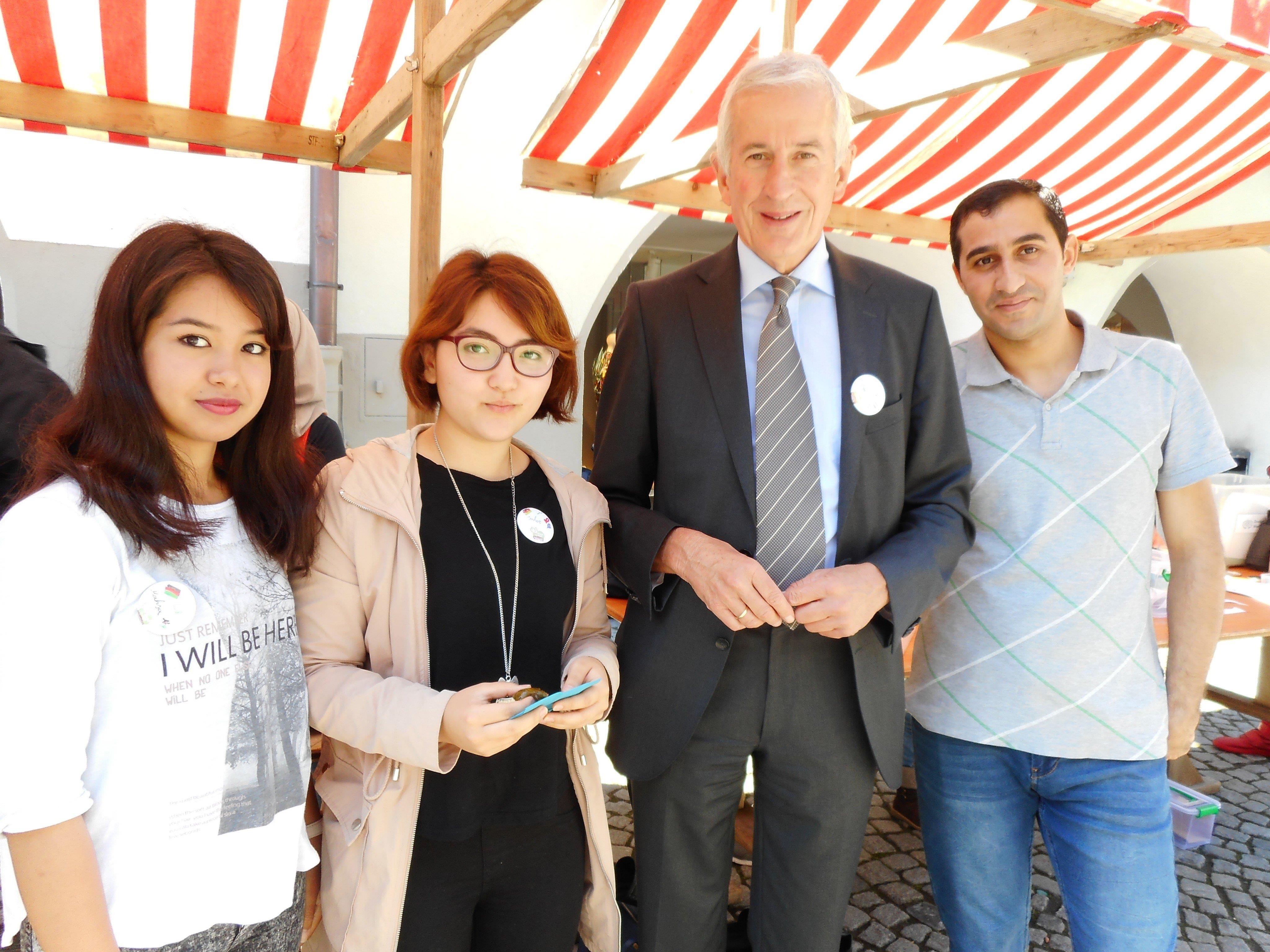 """Bürgermeister Wilfried Berchtold mit Mahsa, Sahar und Hossam in der Marktgasse anlässlich des """"Langen Tags der Flucht""""."""