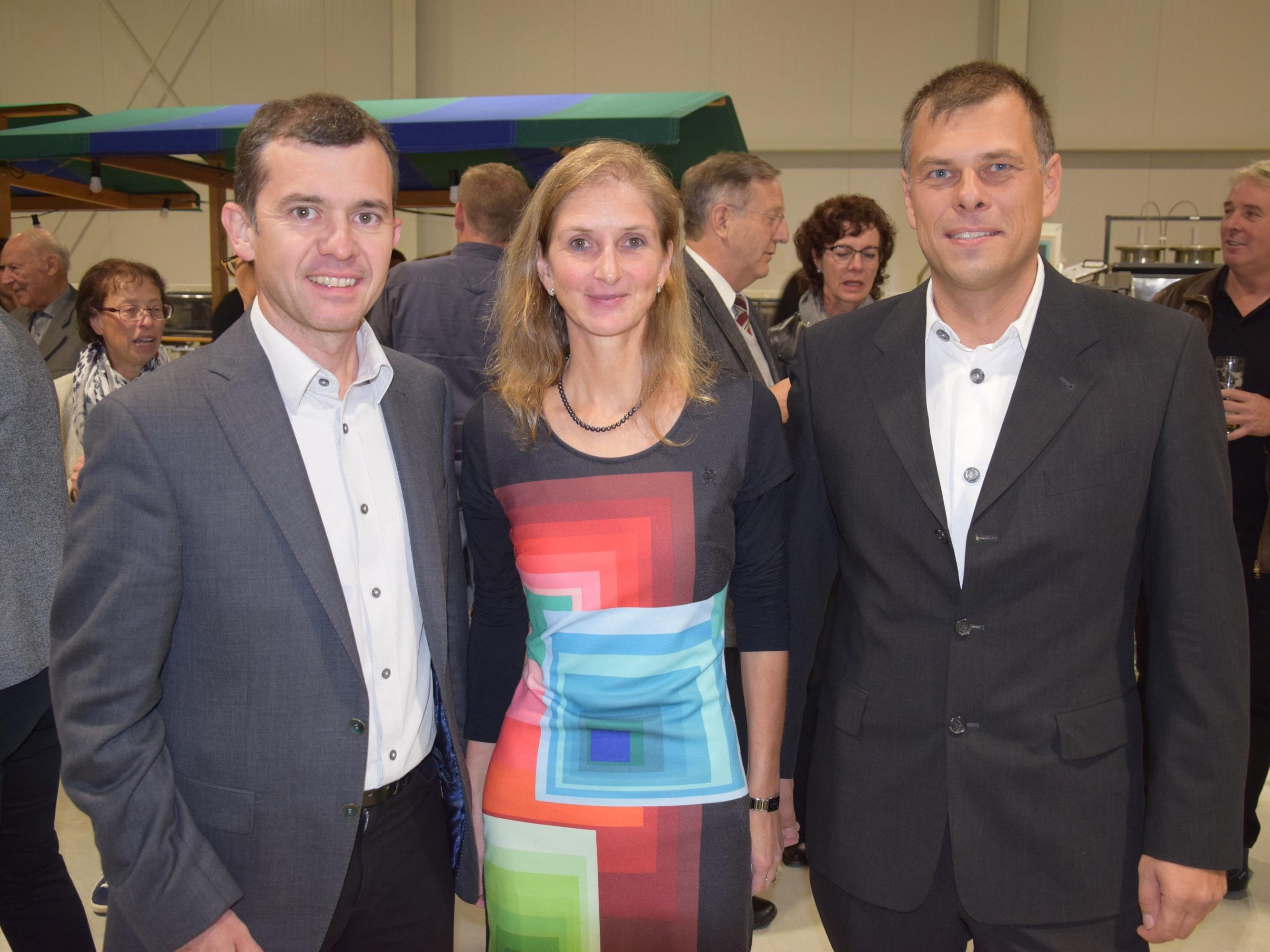 v.l.n.r. Bürgermeister Martin Summer gratuliert Gabi und Johannes Thurnher zur Erweiterung des Betriebes