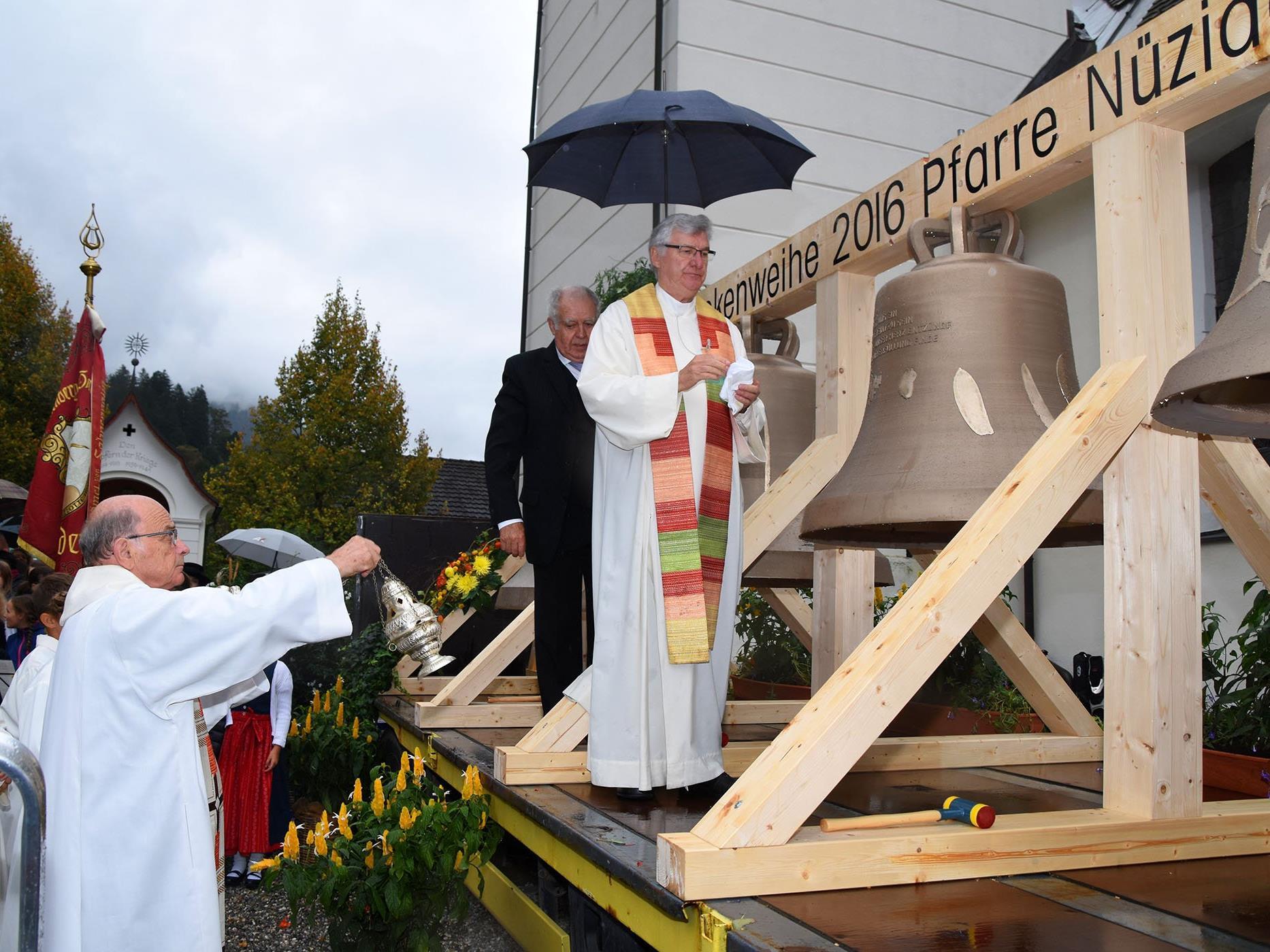 Glockenweihe in der Pfarrgemeinde Nüziders: Pfarrer Karl Bleiberschnigg und Generalvikar Rudolf Bischof mit dem neuen Geläute.