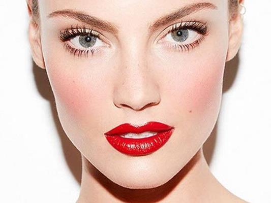Beim Draping wird wird das Gesicht mittels Rouge geformt.