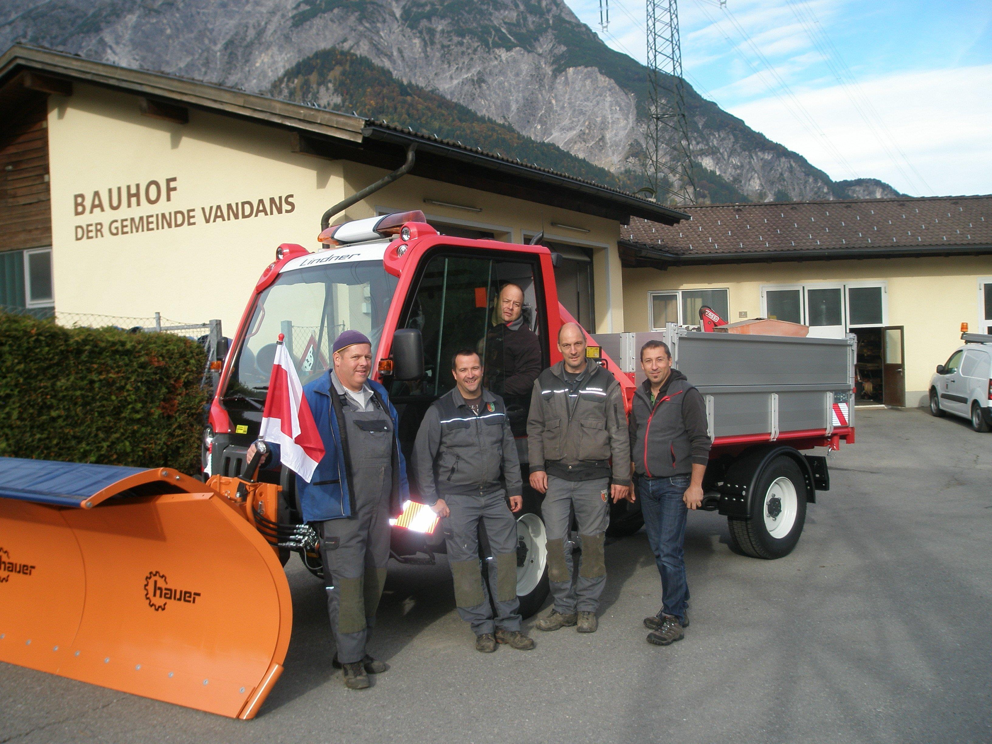 Große Freude herrscht bei den Bauhofmitarbeitern über das neue Dienstfahrzeug.