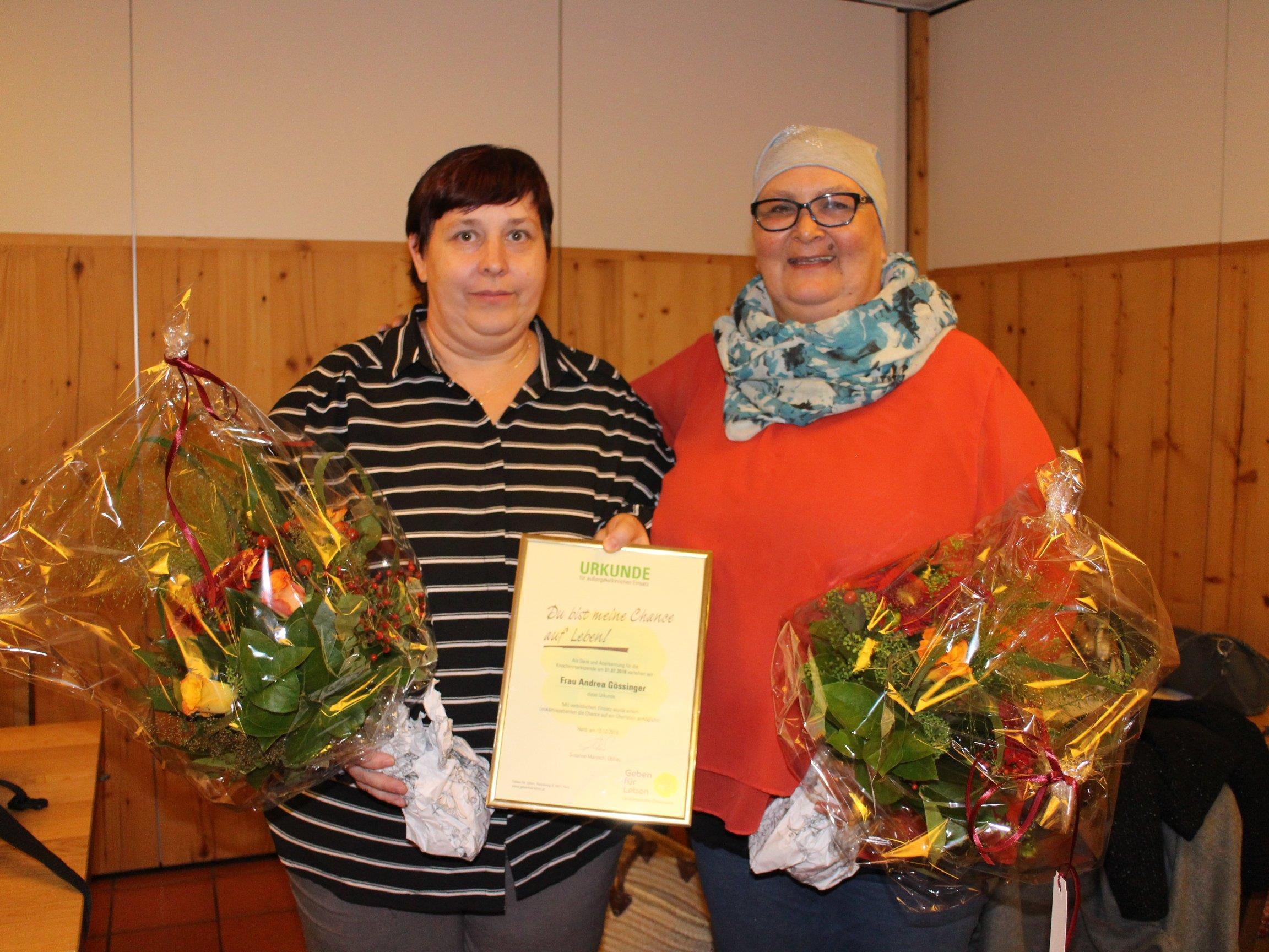 Andrea Gössinger (li.) wurde als Retterin ihrer Schwester Karin Salcher (r.) geehrt.
