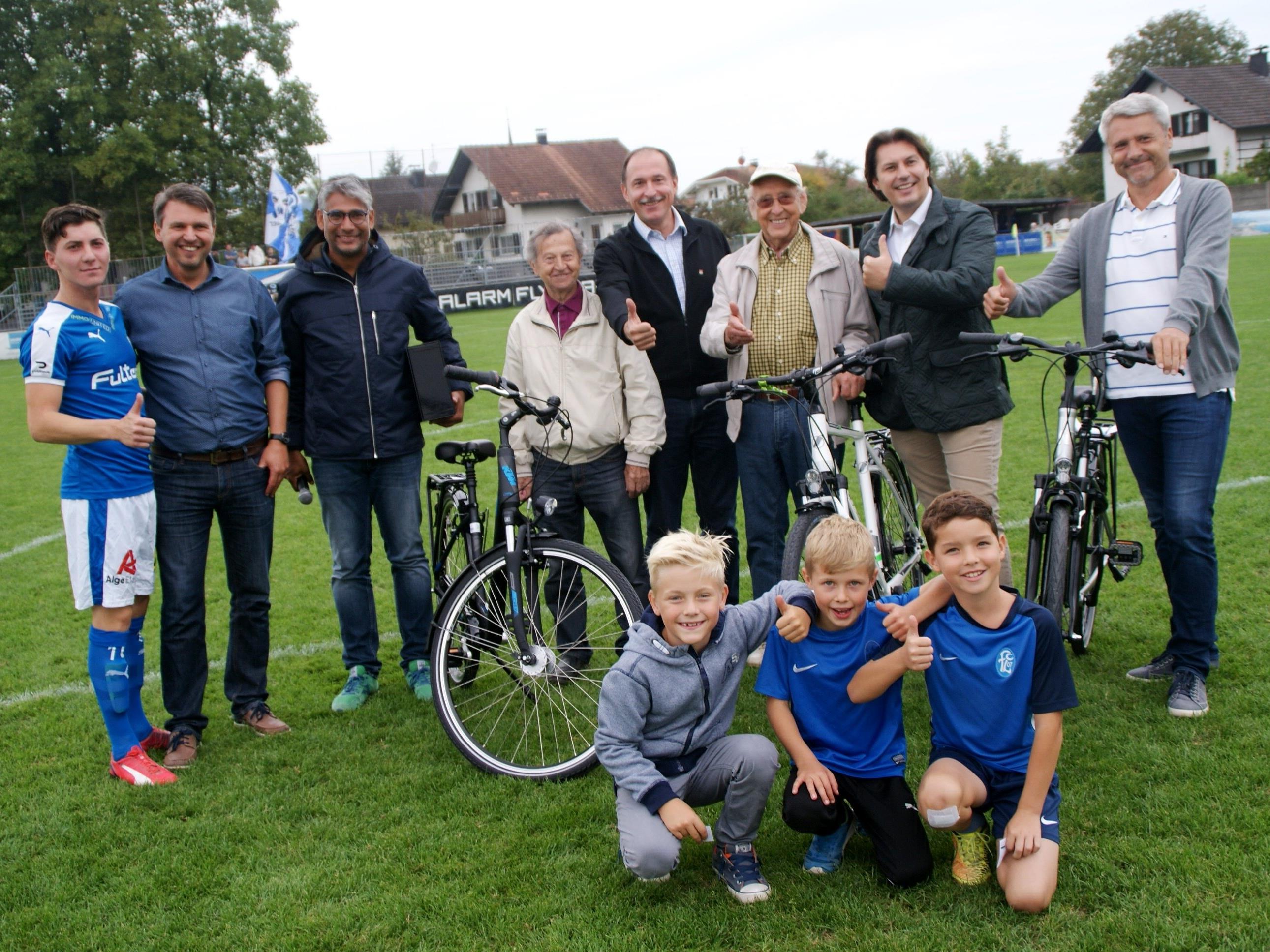 Die glücklichen Gewinner präsentieren ihre neuen Fahrräder