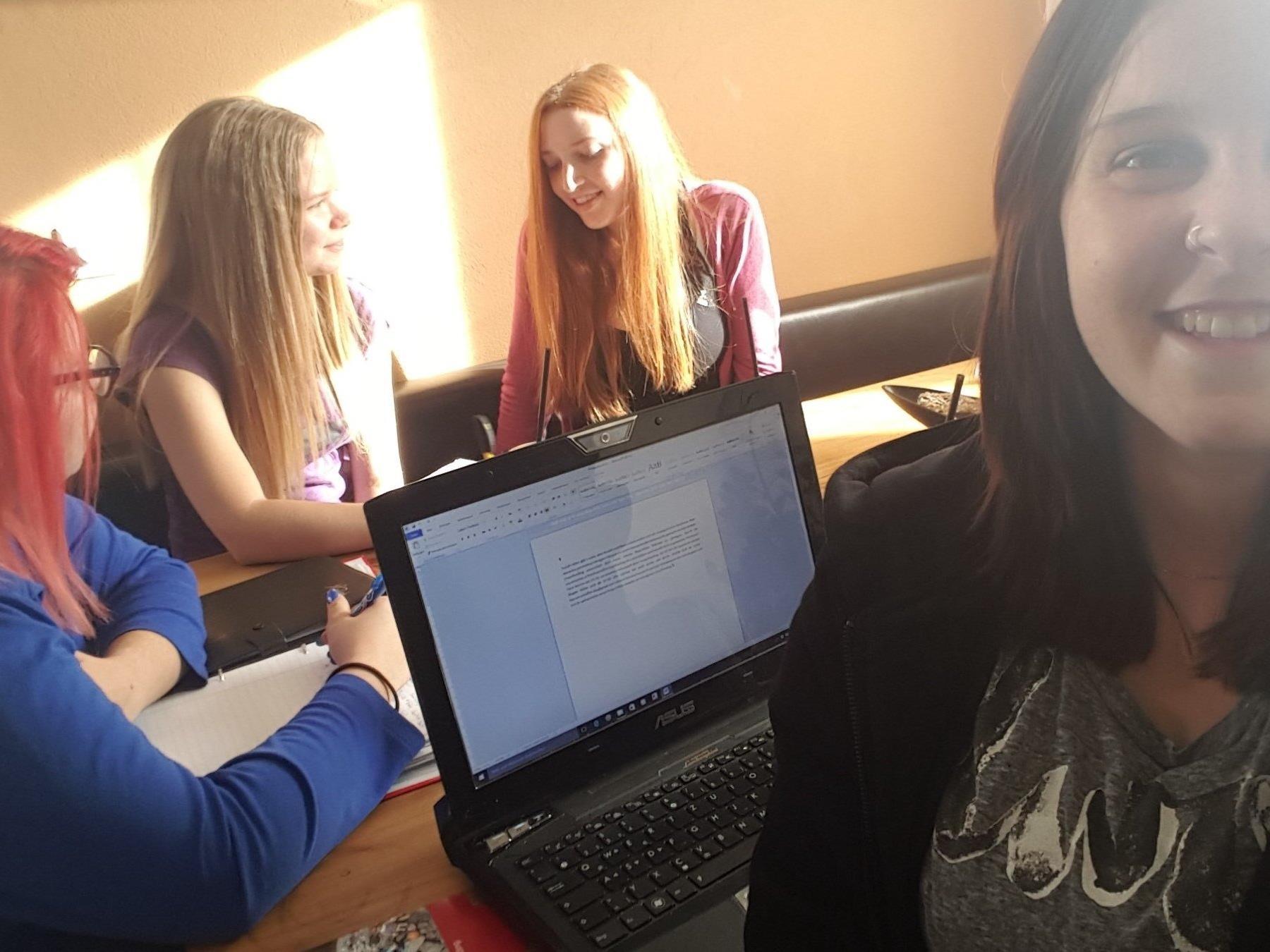 Die vier Schülerinnen befassen sich mit dem Thema Crowdfunding.
