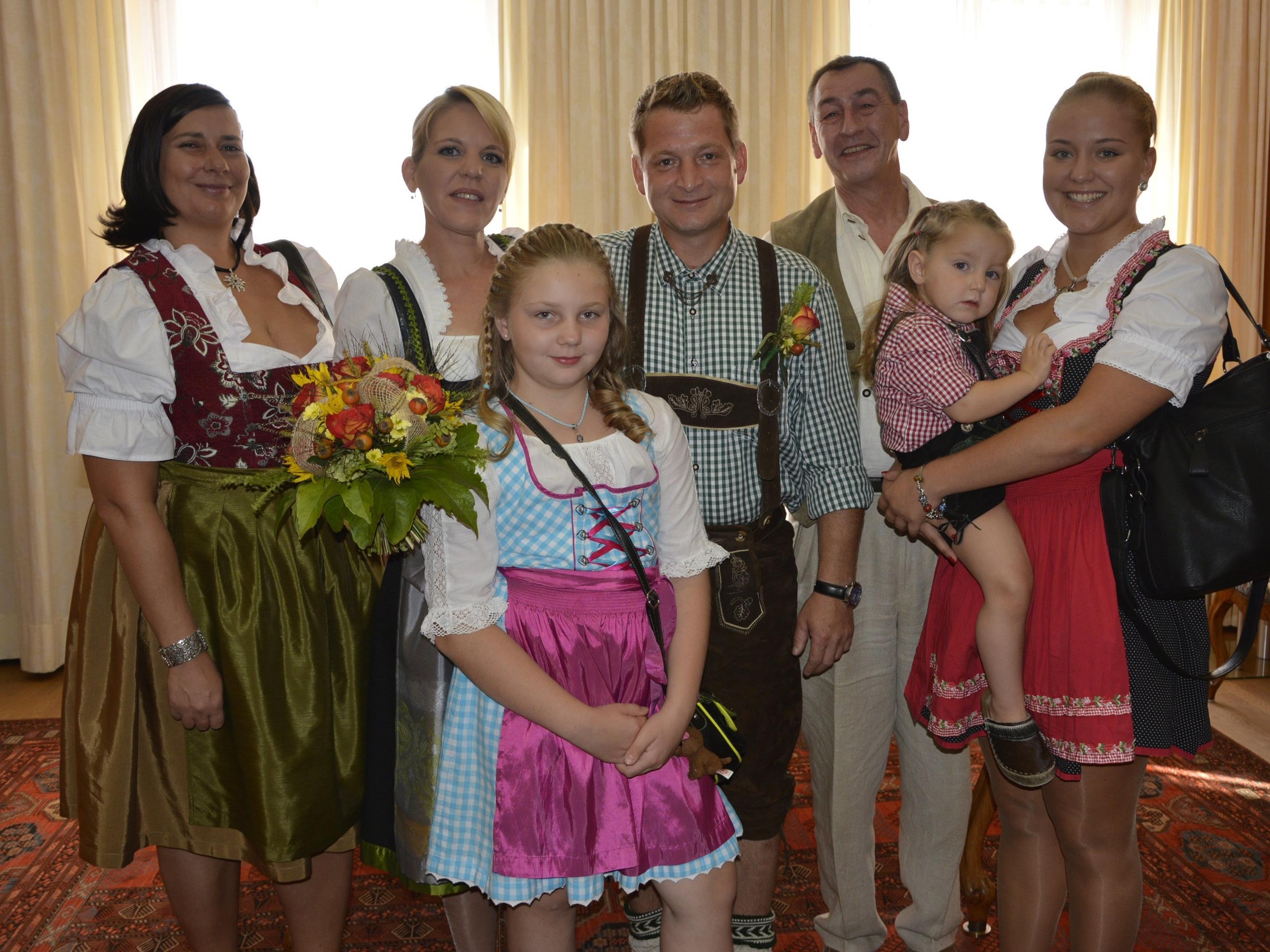 Das Brautpaar mit den Kindern und Trauzeugen bei der standesamtlichen Trauung in Dornbirn.