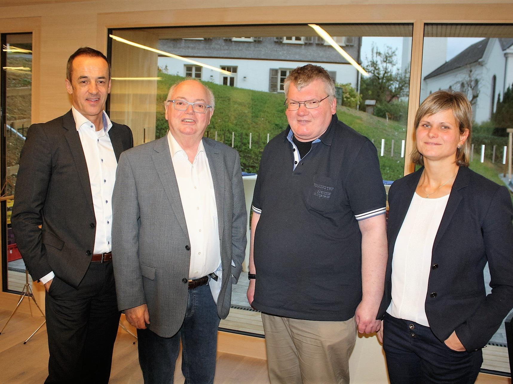 Grund zur Freude: GF Hans-Peter Lorenz, Aufsichtsratsvorsitzender Wolfgang Rümmele (VOGEWOSI), Mieter Anton Bader und Bgm. Annette Sohler.