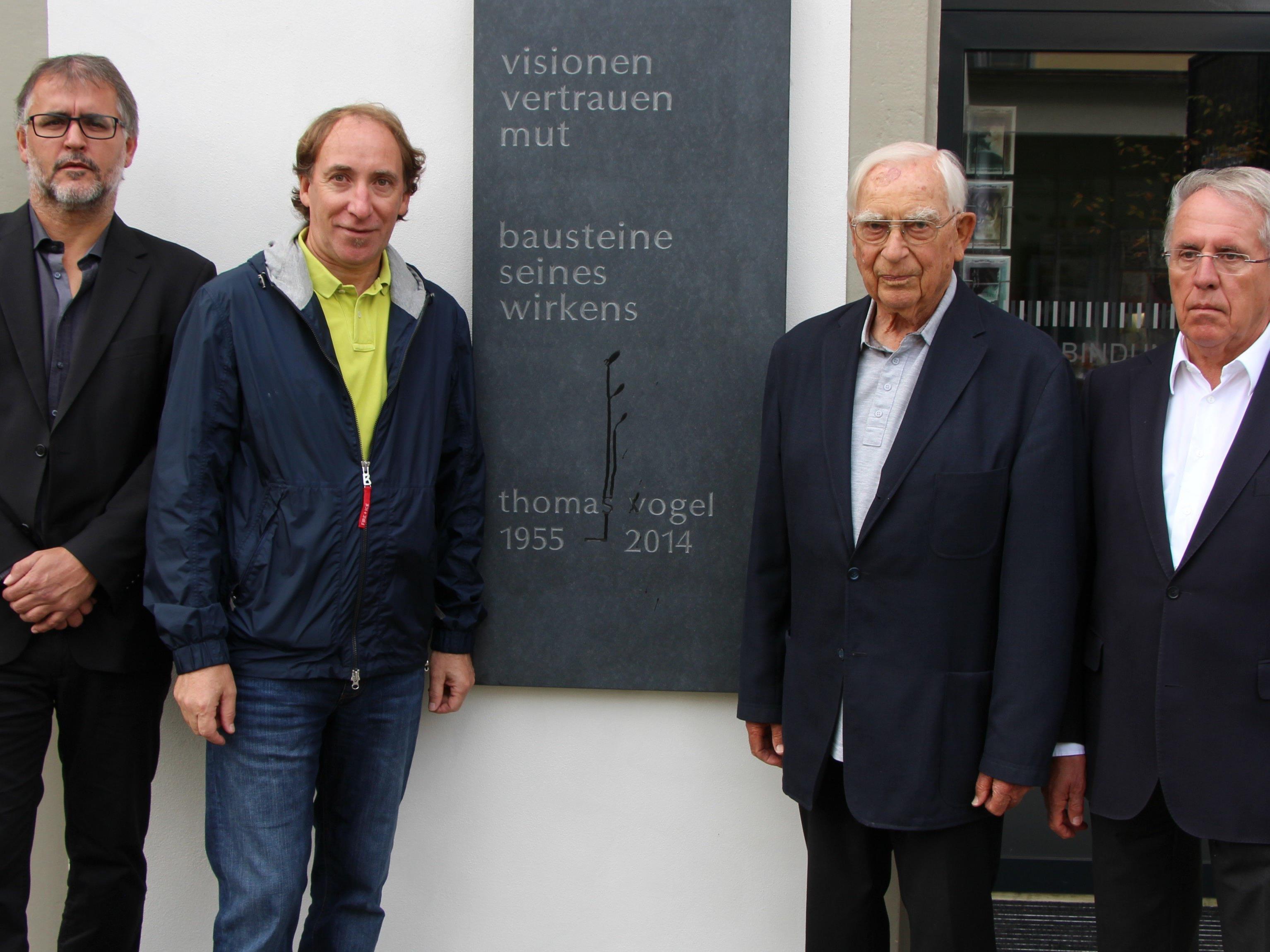 Peter Hämmerle, Johannes Rauch, Pater Alex Blöchlinger und Günter Lampert vor der Gedenktafel für Thomas Vogel.