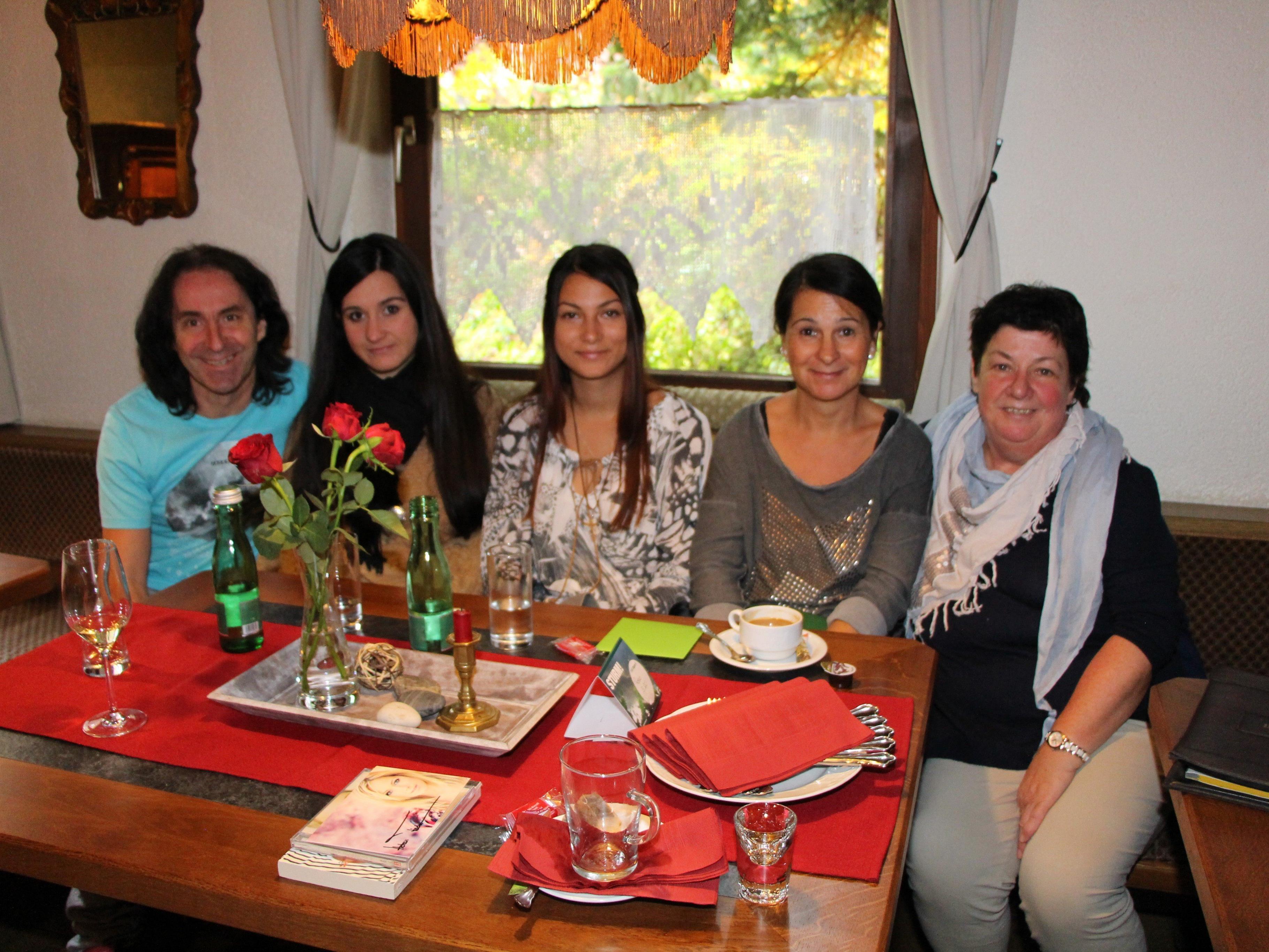 Joe Fritsche und Waltraud Hauser mit Jaqueline, Michelle und Alexandra Biedermann-Hummer.