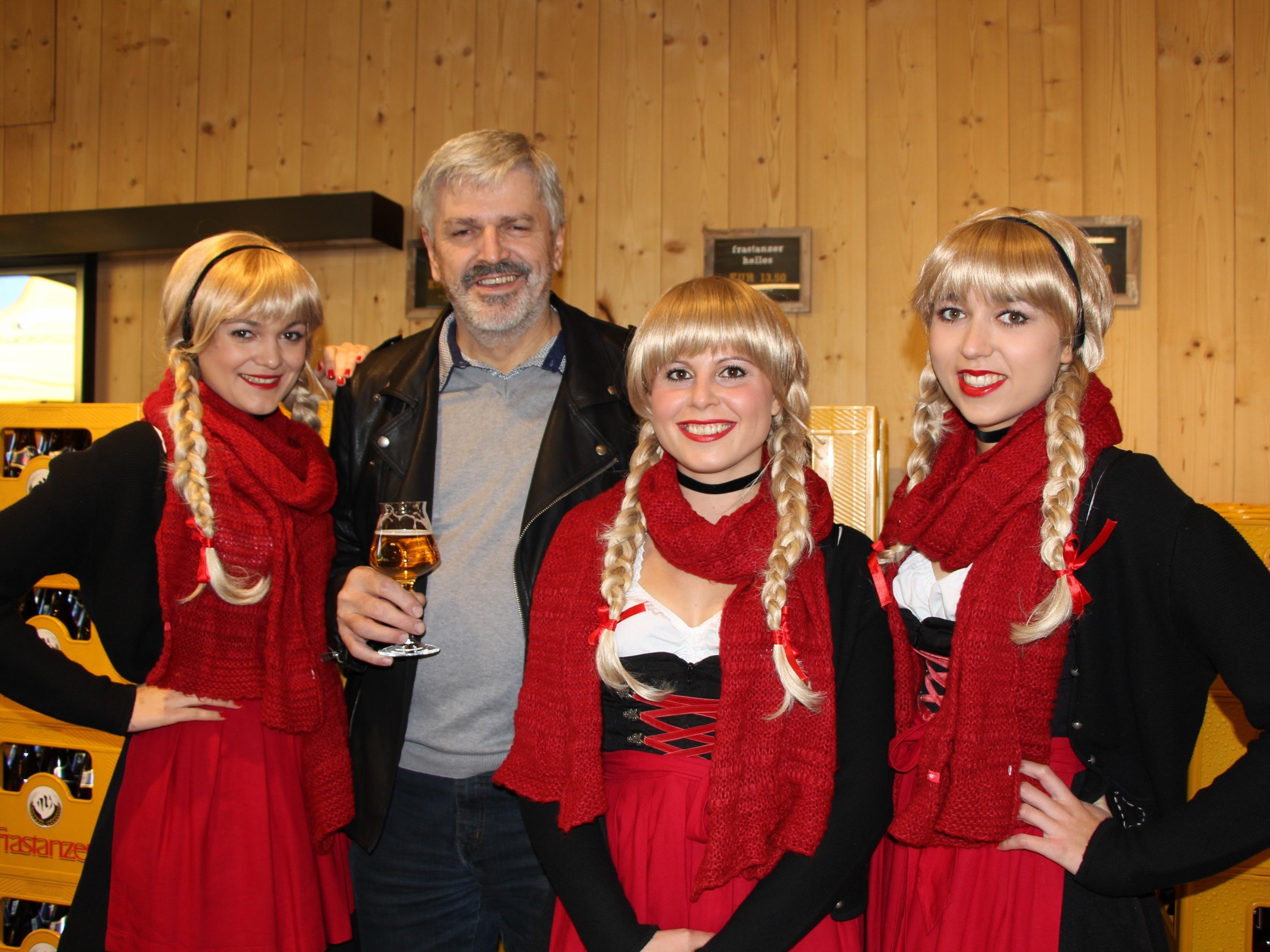 """Jörg Kanig auf der Eröffnungsfeier mit den """"Drei Schwestern"""""""